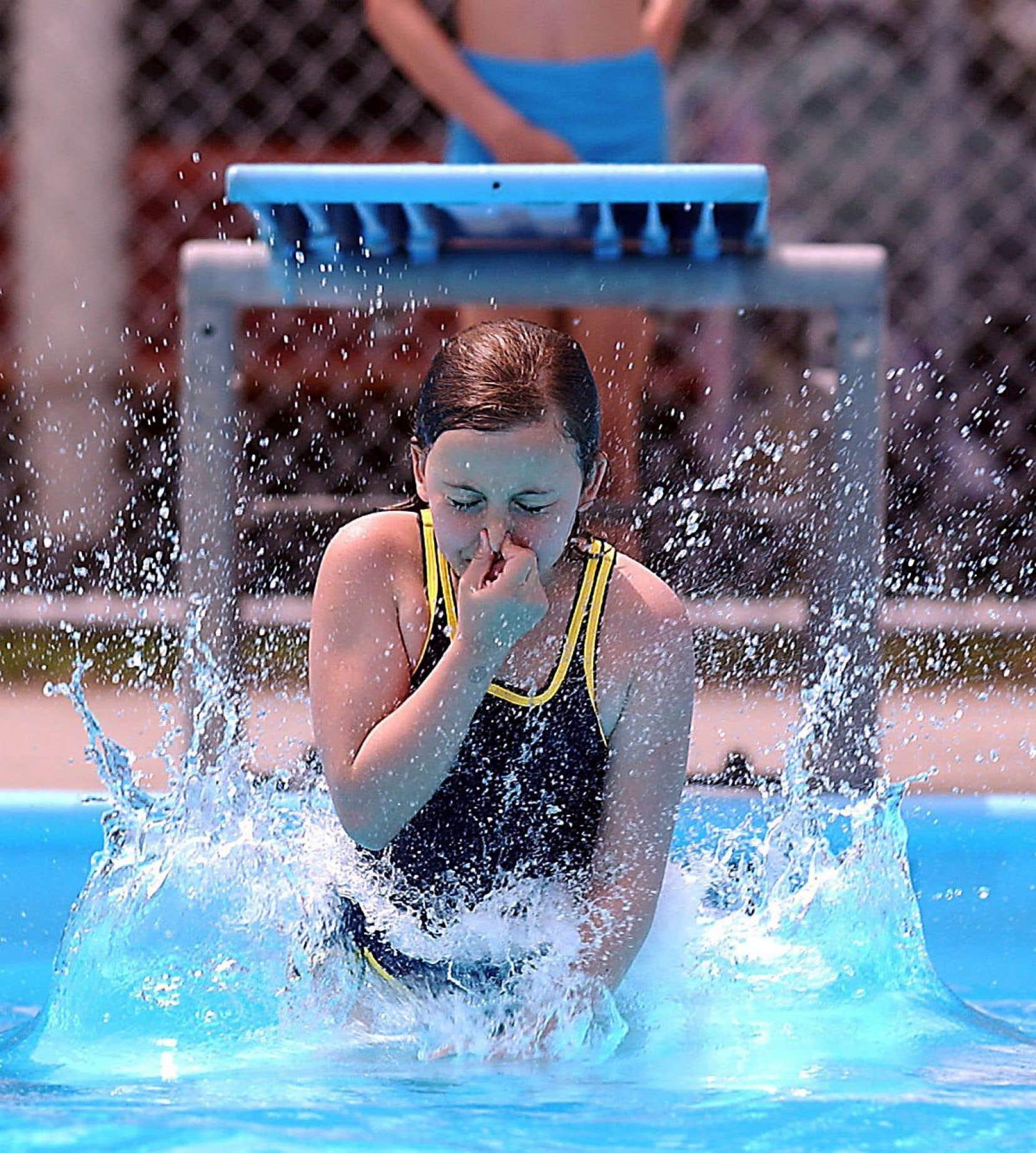 Les gaz volatils produits par le chlore des piscines ont des effets néfastes sur les bronches.