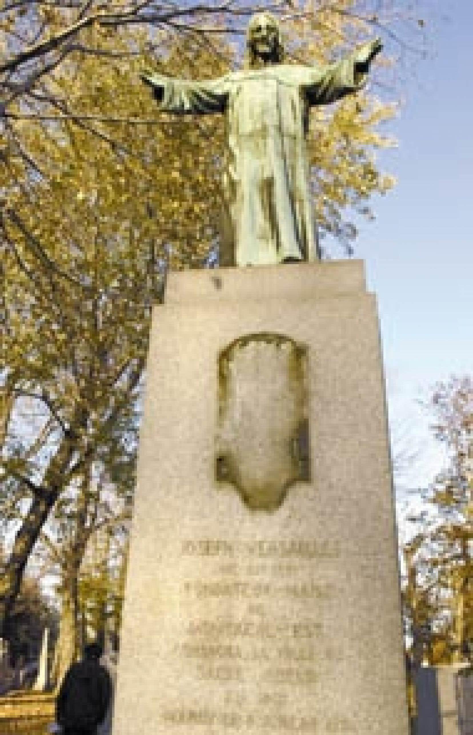 L'an dernier, une statue en bronze d'une hauteur de six pieds a été volée au cimetière Notre-Dame-des-Neiges. En septembre dernier, une applique du monument funéraire de la famille Versailles a subi le même sort. Et le fléau se poursuit.