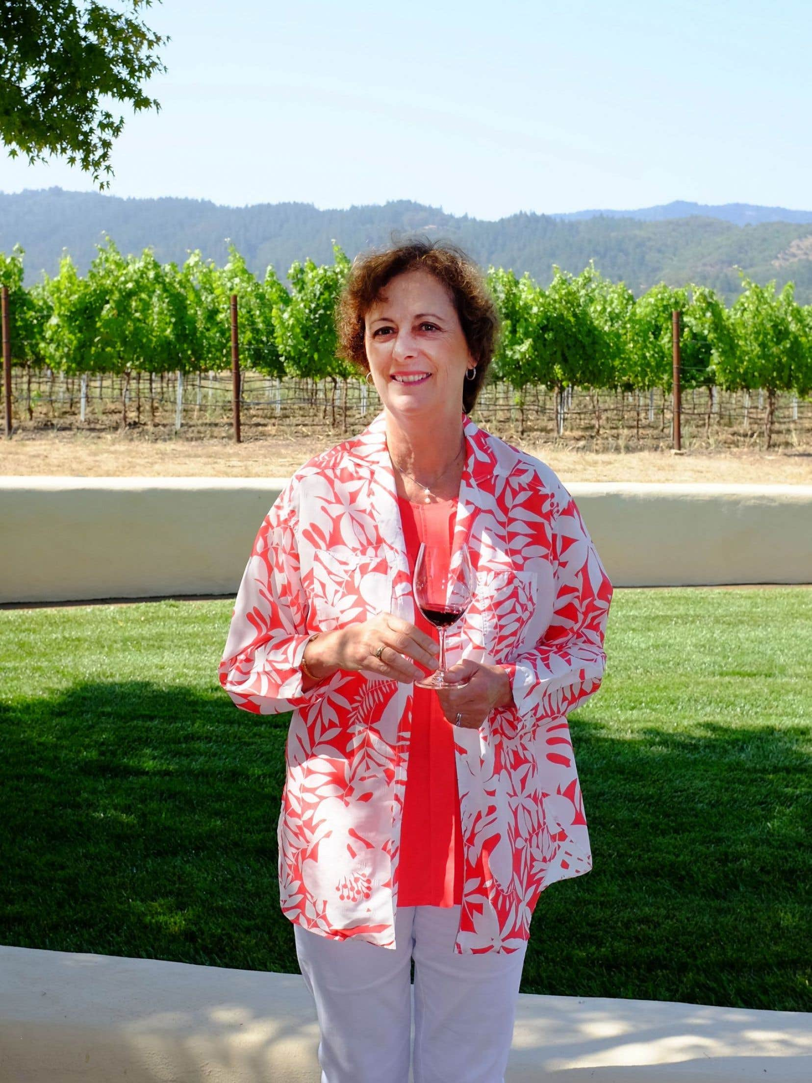L'œnologue Geneviève Janssens devant une parcelle du To Kalon : « Un vin poétique qui flirte sans cesse avec vous. »