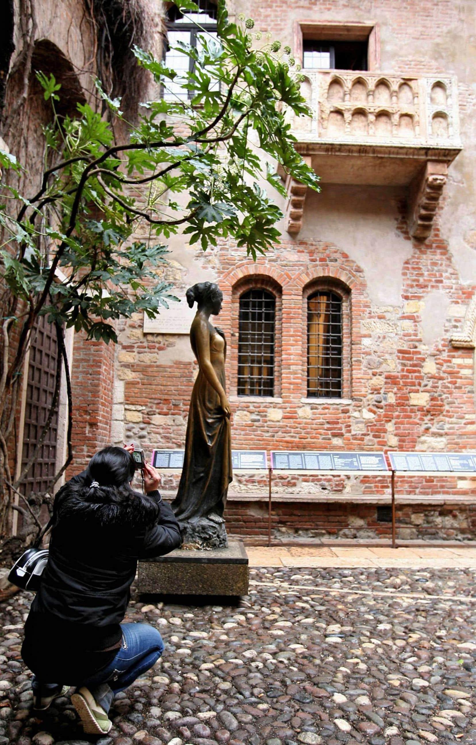 Dans le centre de la ville de Vérone, en Italie, un visiteur prend une photo du balcon de Juliette Capulet. Et son Roméo?