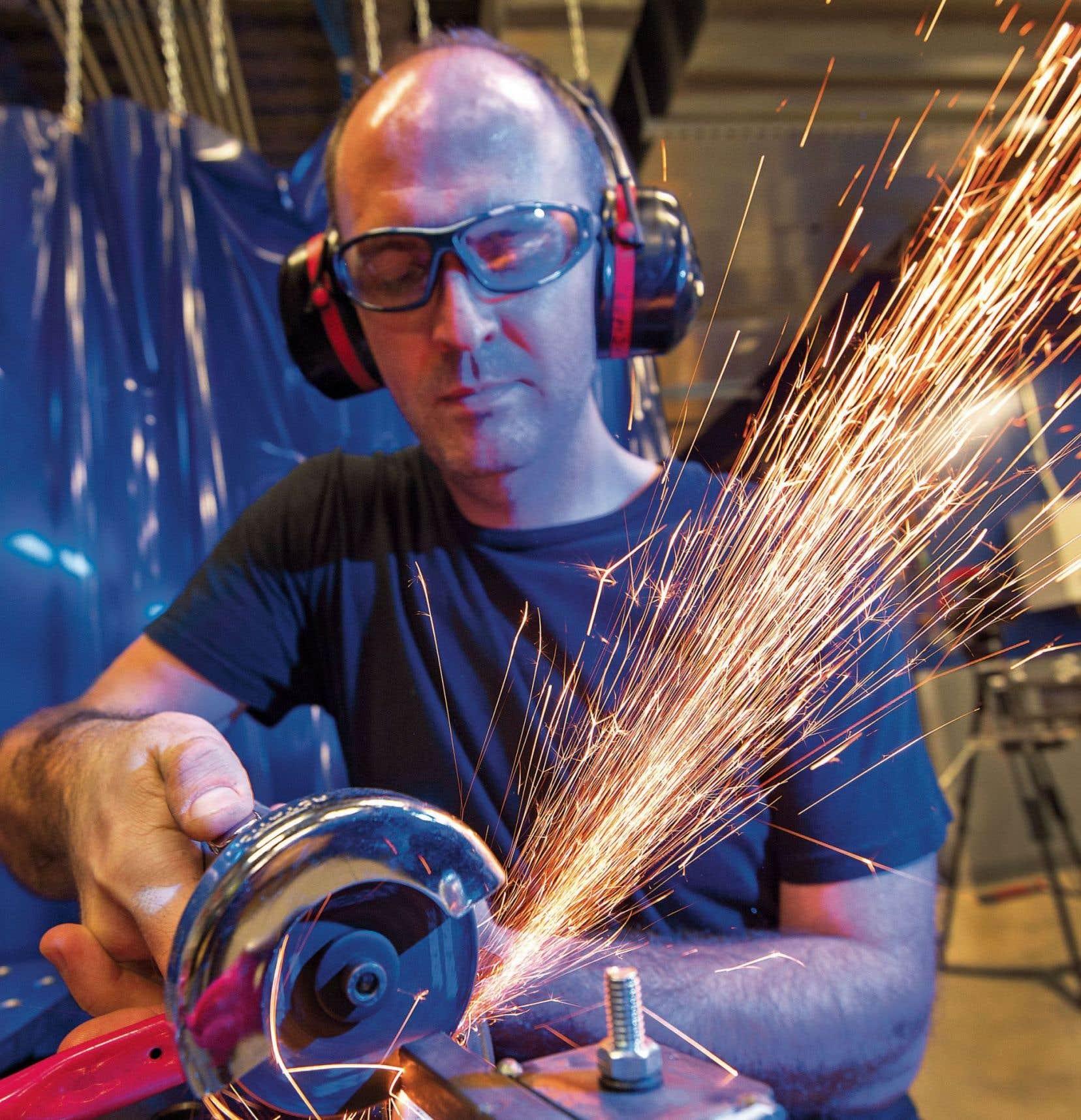 L'instructeur en métallurgie Tony Ritchie travaille sur un cadre de vélo, au Techshop d'Arlington.