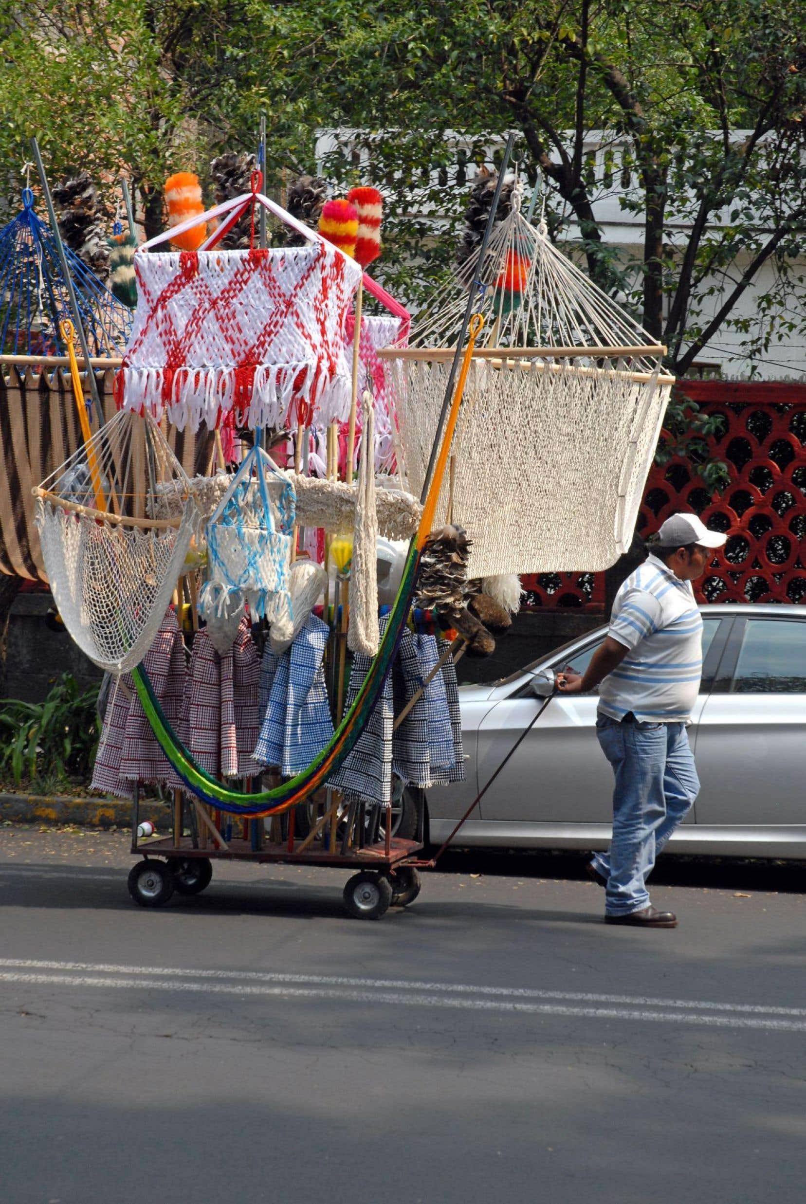 Des pousse-pousse devant le bar Floridita de La Havane, à Cuba.