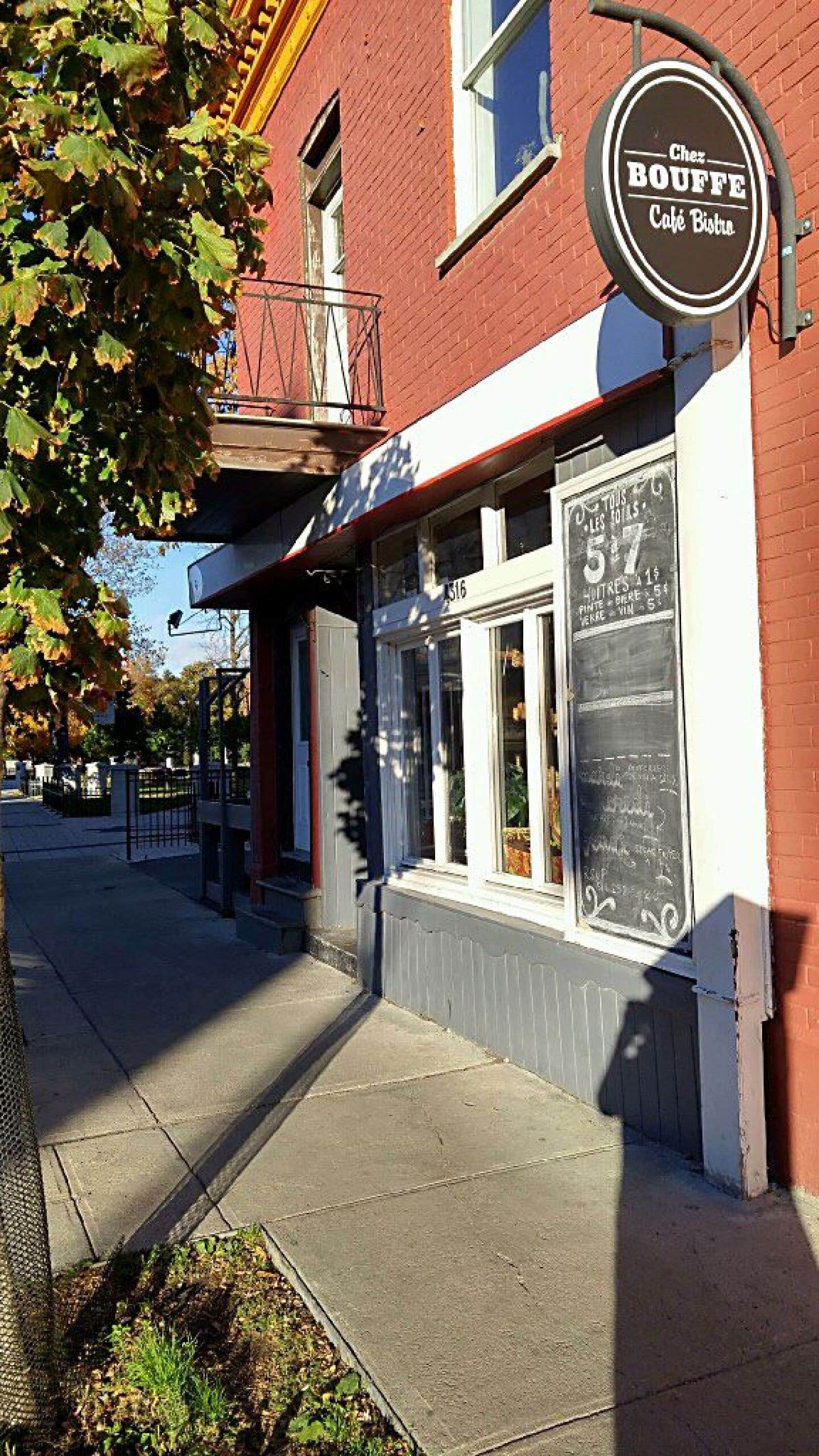 Chez Bouffe est un joli bistro de quartier situé en face du théâtre Denise-Pelletier.