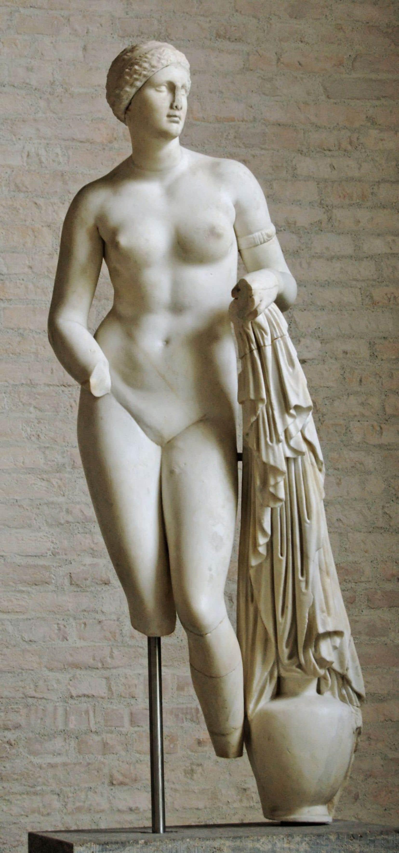 La courtisane dépeinte ici, femme moderne avant la lettre, est une proche du sculpteur de la Grèce antique Praxitèle, dont on voit ici l'«Aphrodite Braschi».