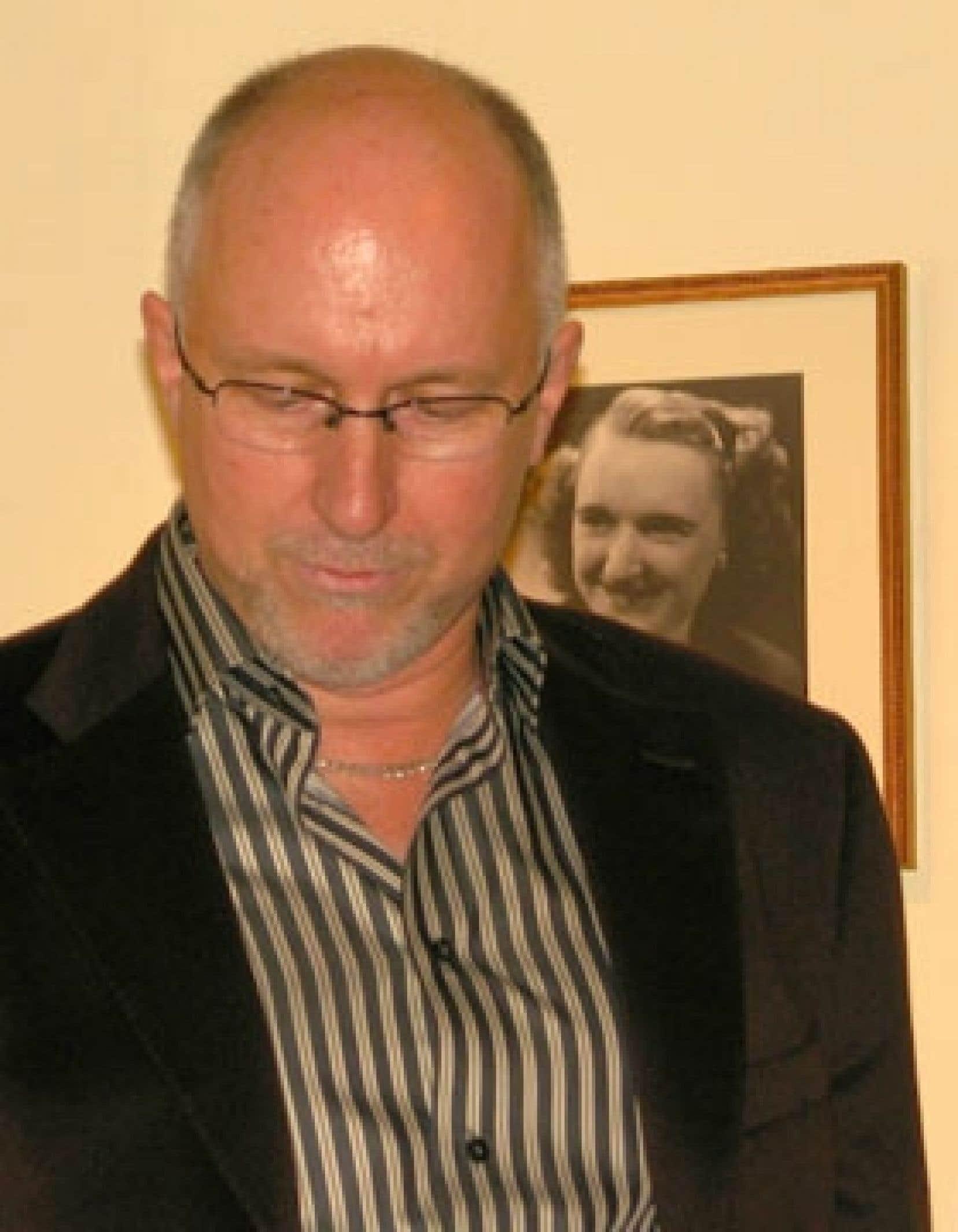 Gilles Chagnon devant le portrait de sa mère. Photo; Benoît Beaudoin