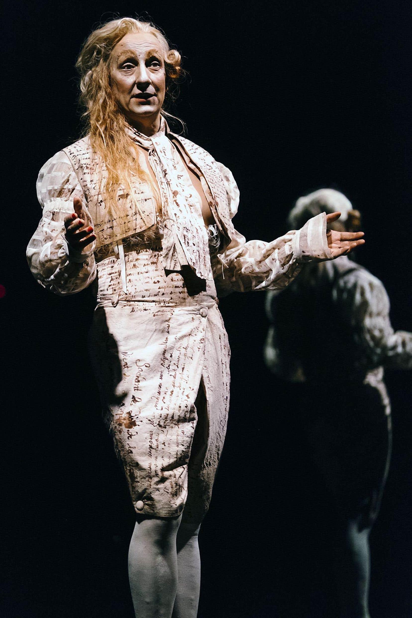 Robert Lepage livre un marquis de Sade maniéré et d'une arrogance sans concession, comme une deuxième peau.