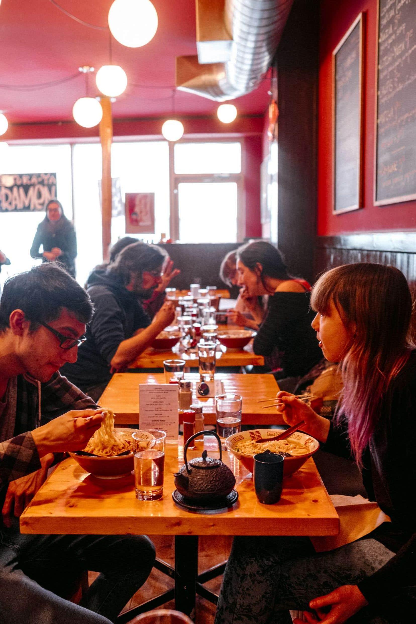 Au restaurant Tora-Ya Ramen, dans le quartier Saint-Roch à Québec, une faune bigarrée se réunit devant un bol de ramen.