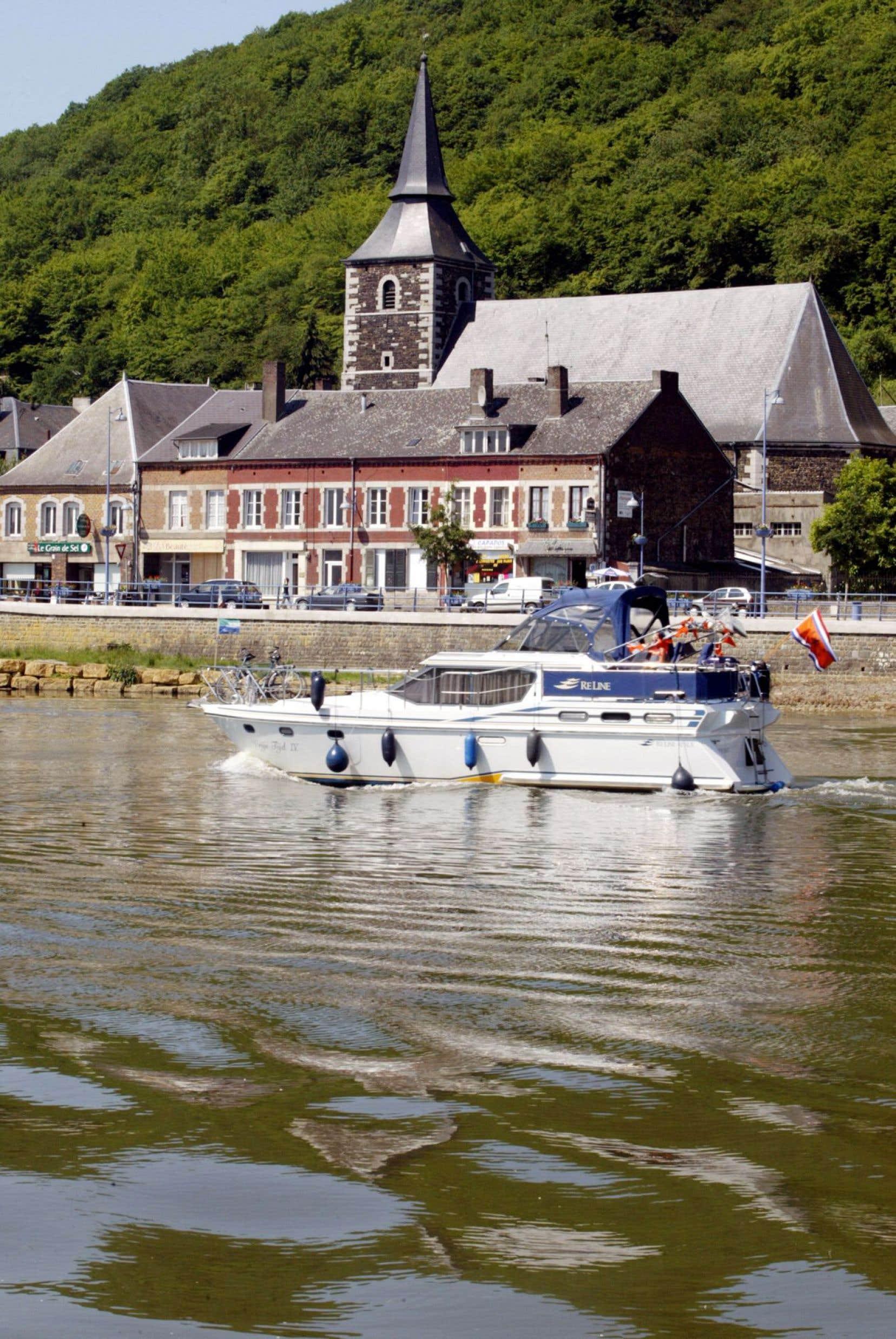 La Meuse, à la hauteur de Dinant, dont le cours lent et précis rappelle la manière dont Stefan Hertmans développe ses cahiers.