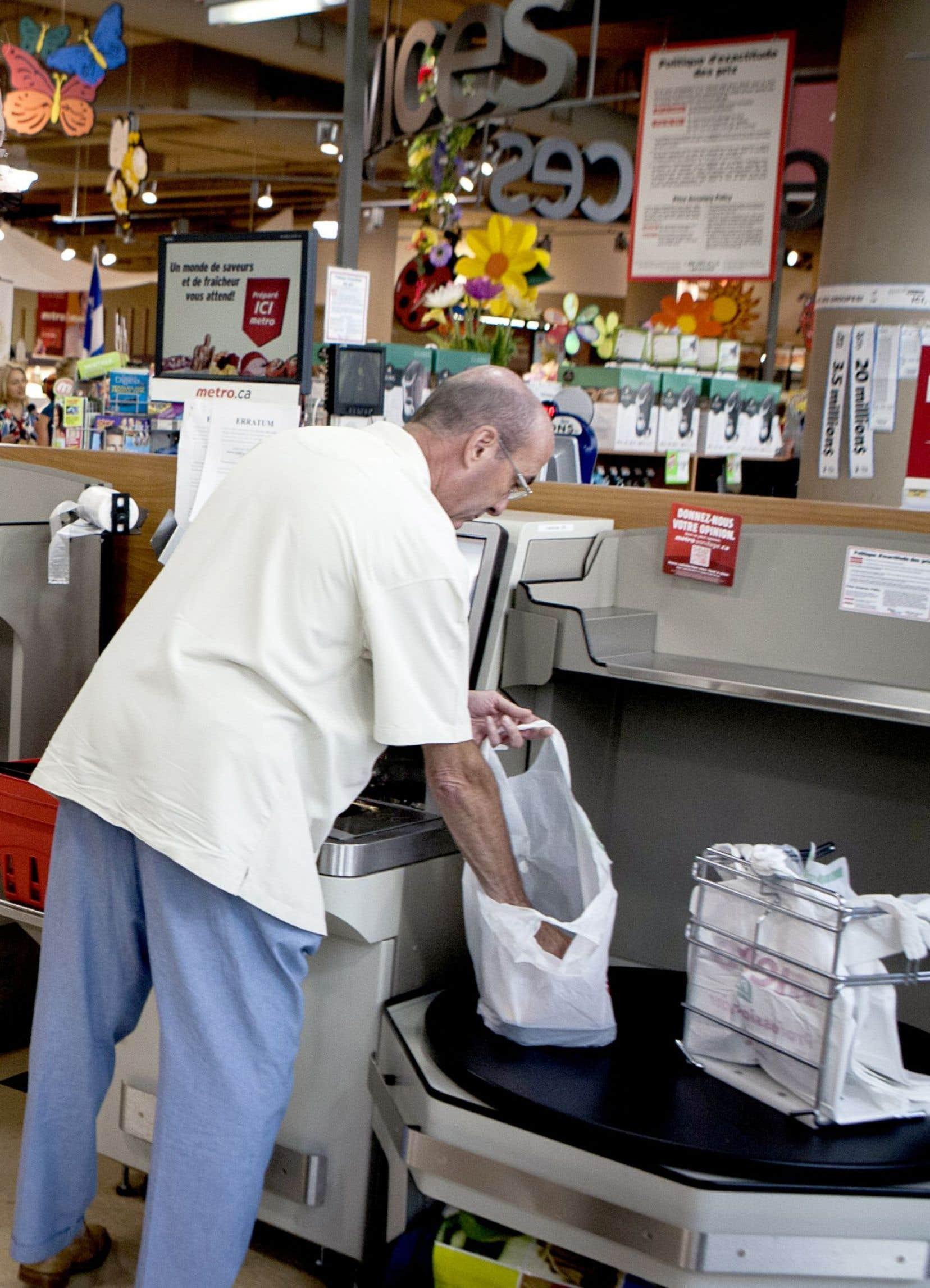 La décision de la Ville reflète la volonté des Québécois, qui souhaitent devenir des consommateurs plus responsables, a affirmé le maire Denis Coderre lundi.