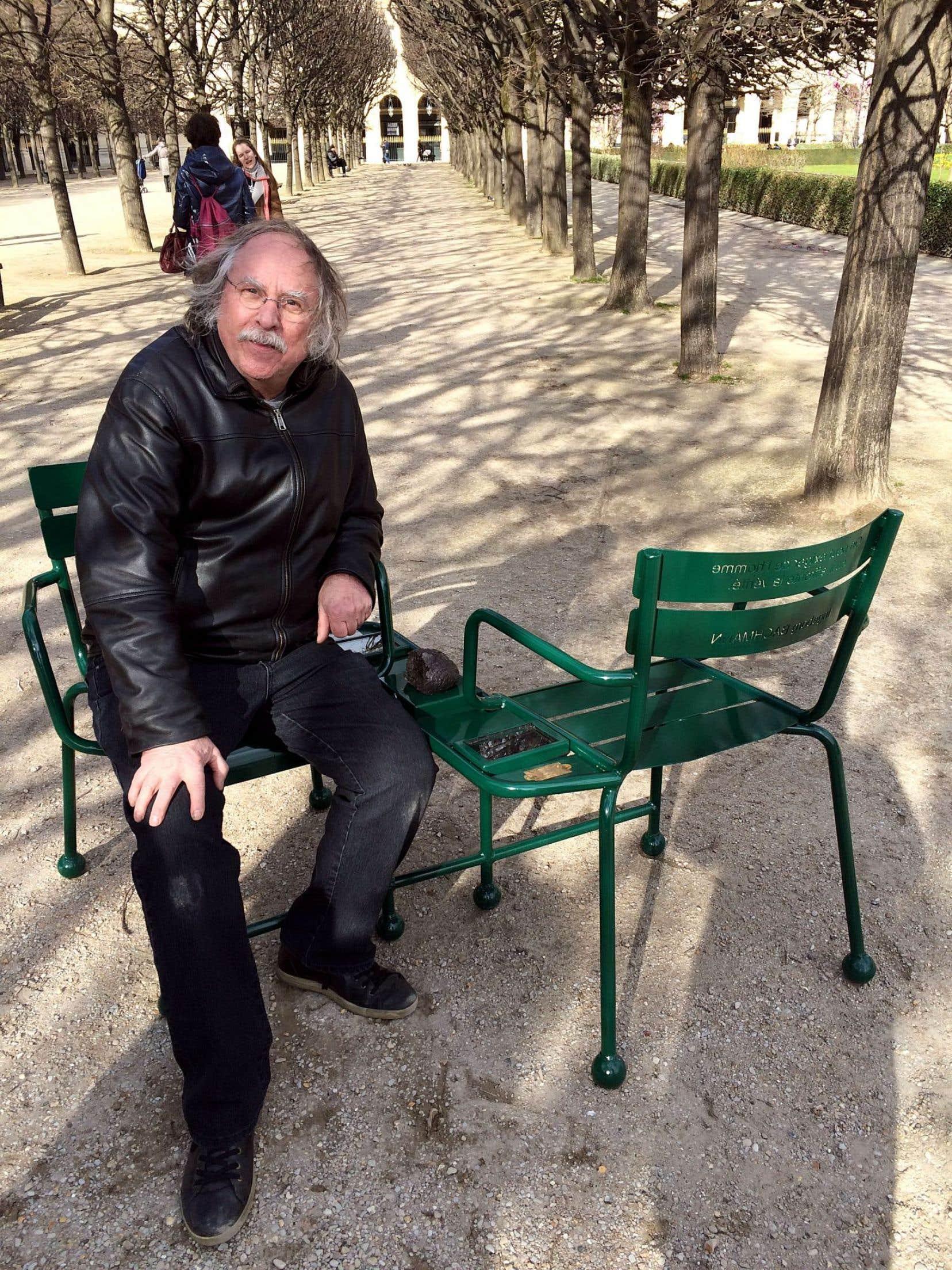 Le sculpteur Michel Goulet sur l'une de ses chaises.