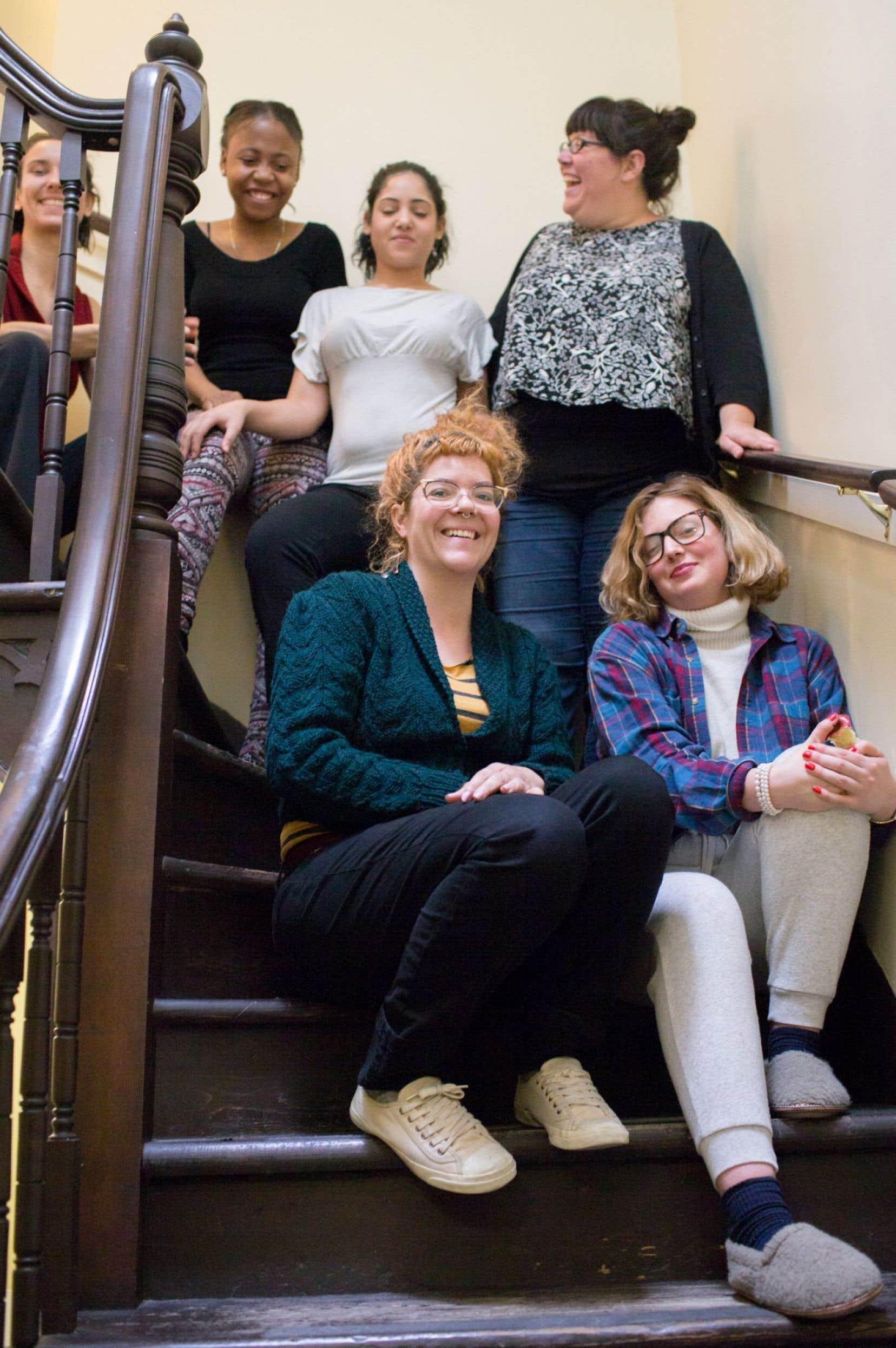 Les passagères ont chacune leurs raisons de se réfugier à Passages. <em>«On est des mamans aimantes, on les accueille comme elles sont»</em>, souligne la directrice Geneviève Hétu, debout à l'arrière, entourée de trois passagères, d'une intervenante et de la professeure de danse de l'atelier donné le jour de notre visite.
