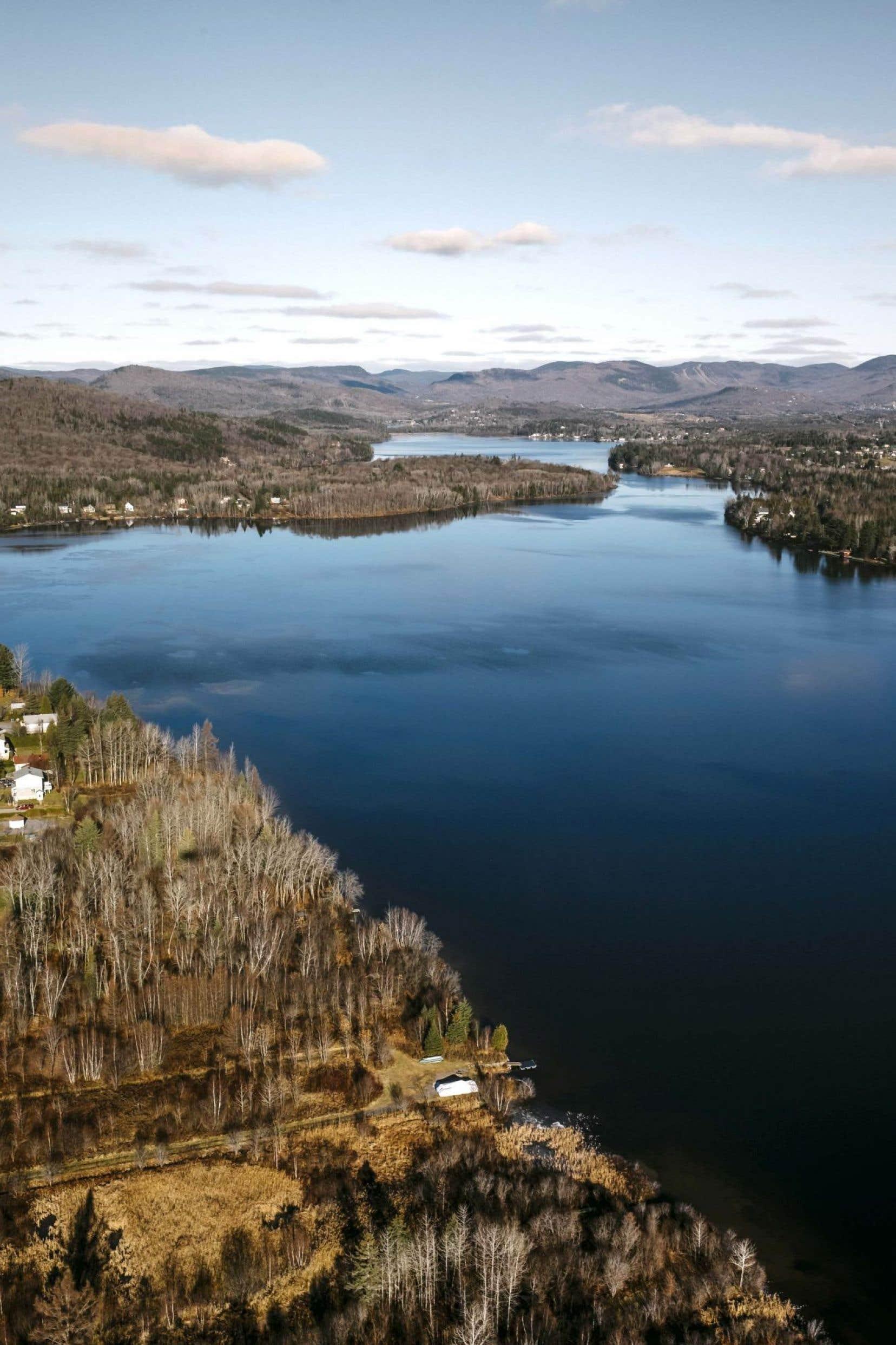 La rivière Hibou, qui circule juste en bas de la montagne, est un affluent du lac Saint-Charles (notre photo).