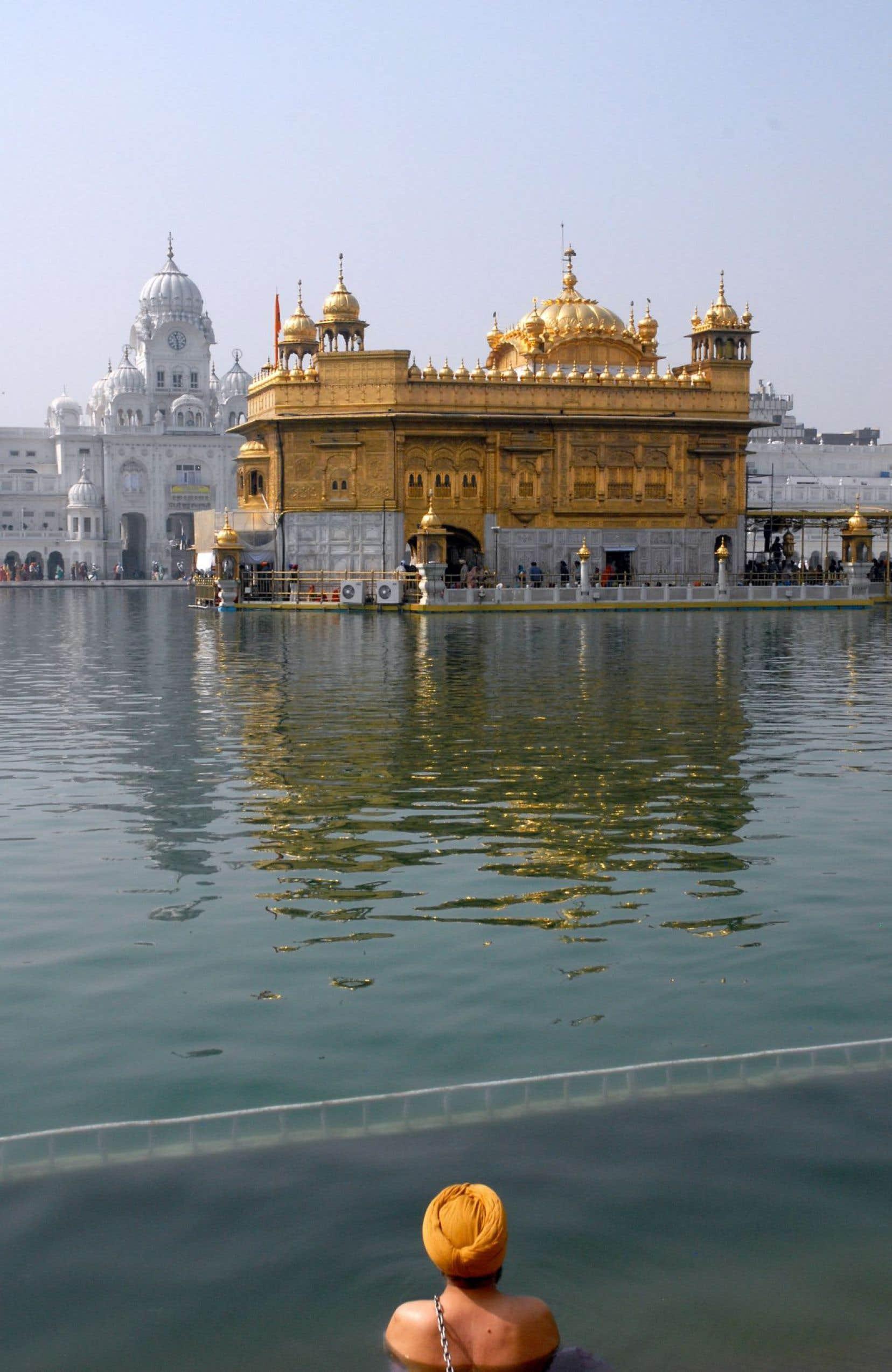 Un sikh fait ses ablutions dans le bassin de Nectar, face au Temple d'or.