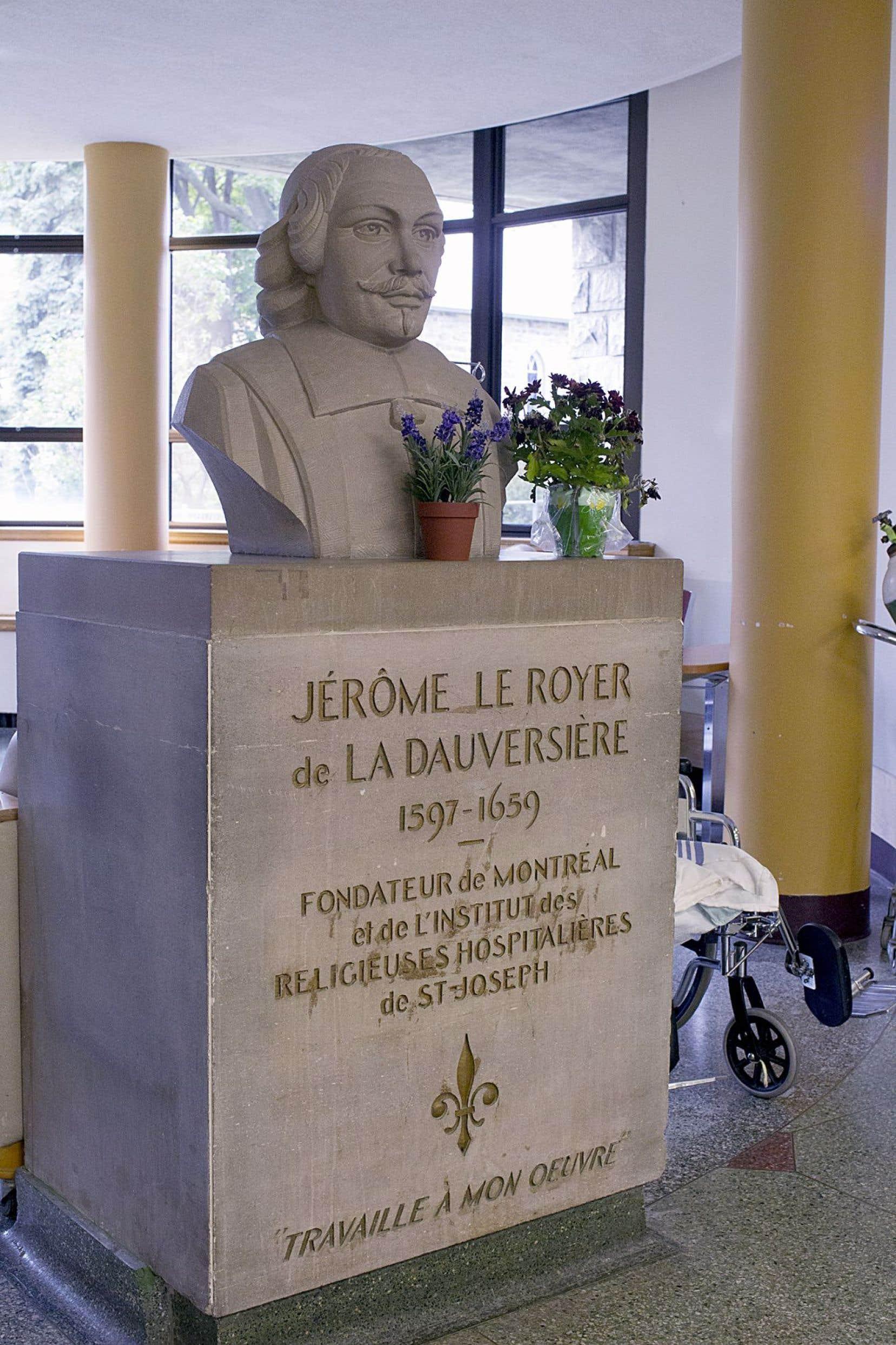 Une statue de Jérôme Le Royer à l'Hôtel-Dieu de Montréal, dont il a fondé l'organisation administratrice, les Hospitalières de La Flèche.