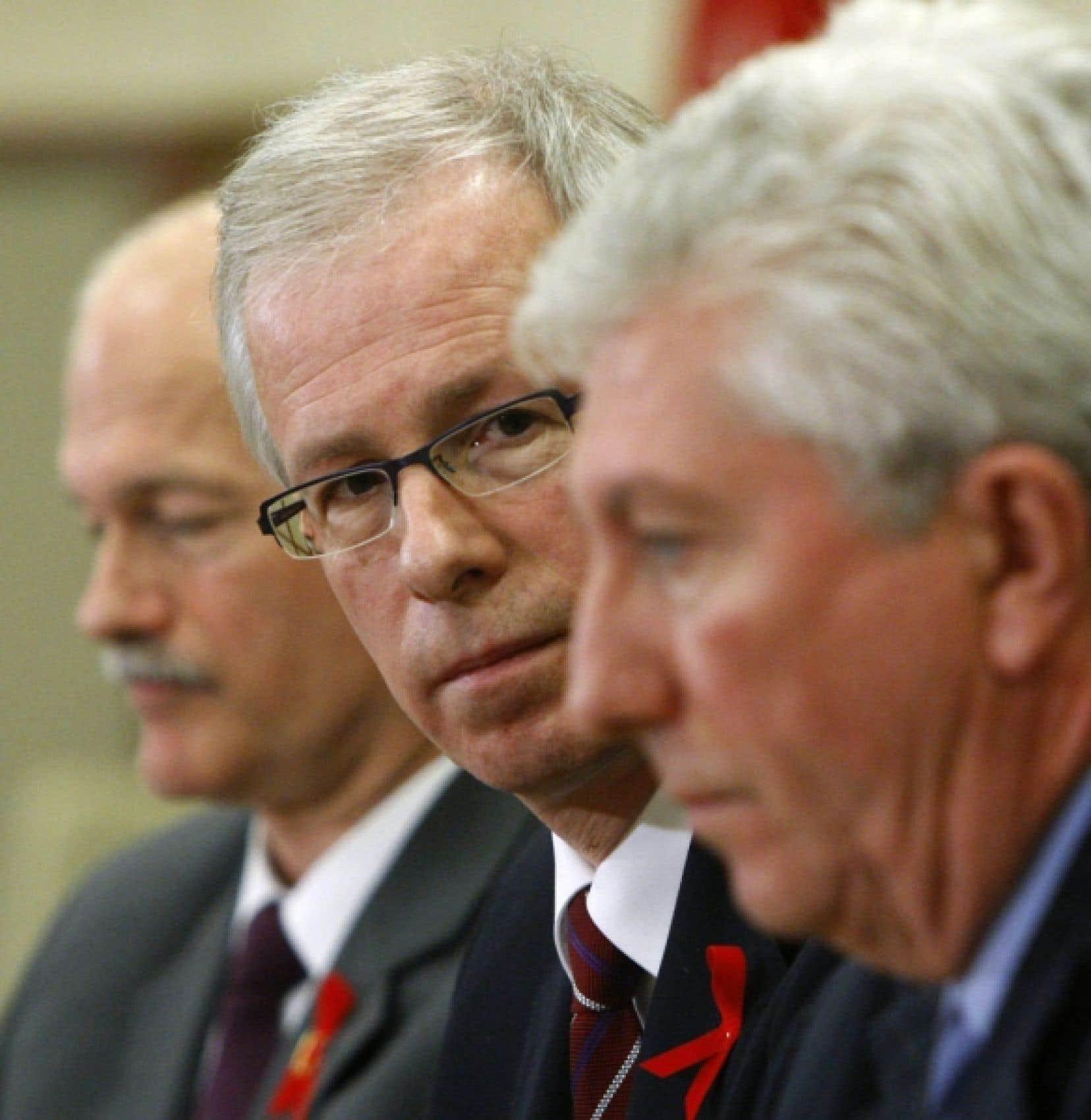 Stéphane Dion entouré de Jack Layton et de Gilles Duceppe pour annoncer la création d'une coalition, le 1er décembre 2008.