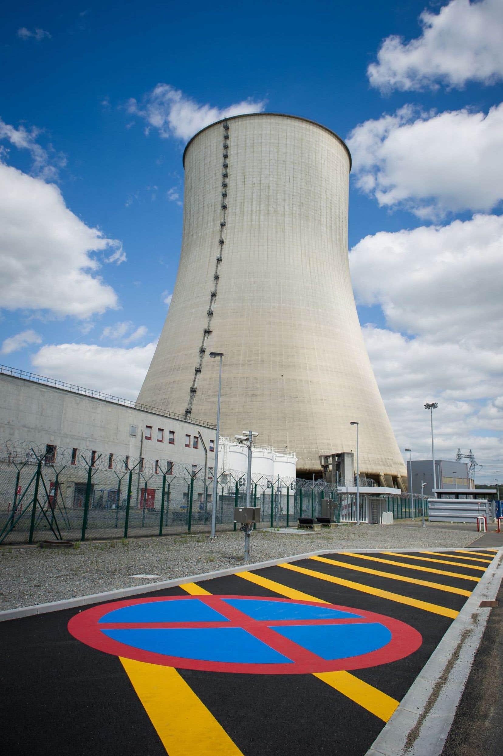 Une tour de refroidissement de la centrale nucléaire de Civaux, en France. Un seul accident nucléaire grave en France reviendrait à 140milliards de dollars au minimum, a-t-on estimé en 2012.