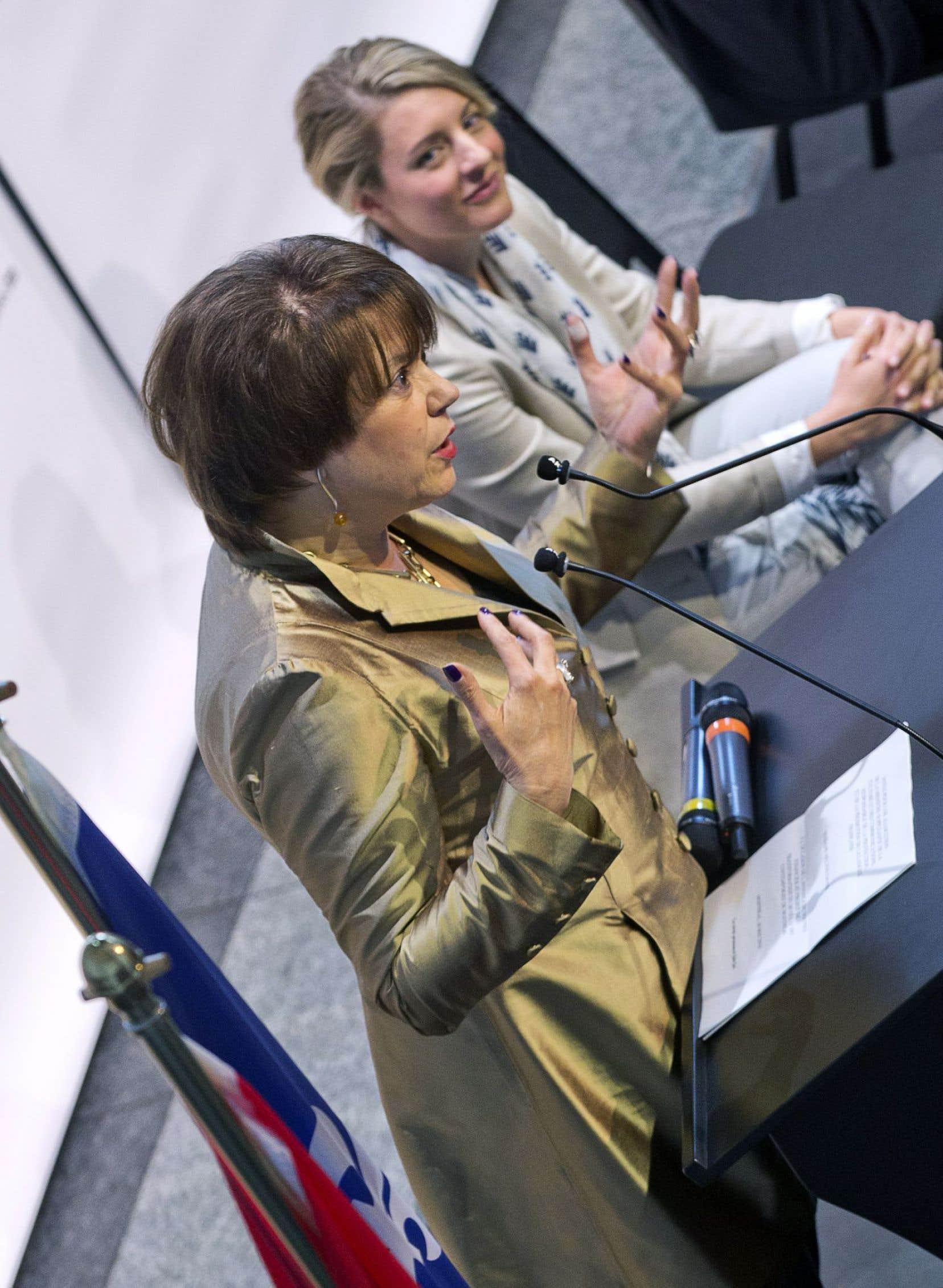 Les ministres Hélène David et Mélanie Joly en conférence de presse, vendredi à Montréal