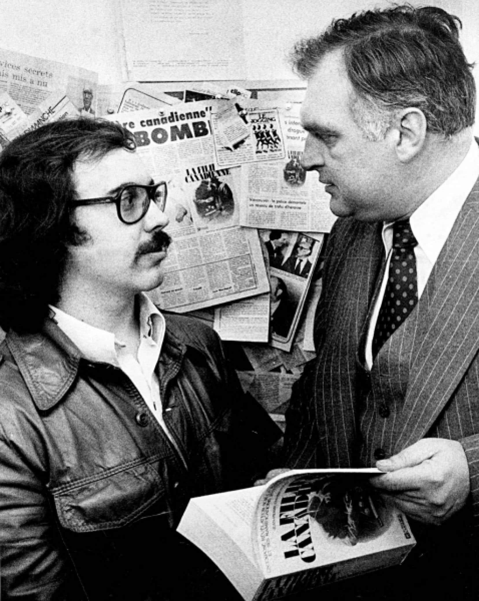 Le 1er mai 1973, un homme armé fait irruption dans la salle de rédaction du Devoir, demande à voir Jean-Pierre Charbonneau et tire sur lui. On voit le jeune journaliste lors du lancement de son livre La Filière canadienne, en compagnie du juge Jean-Luc Dutil.
