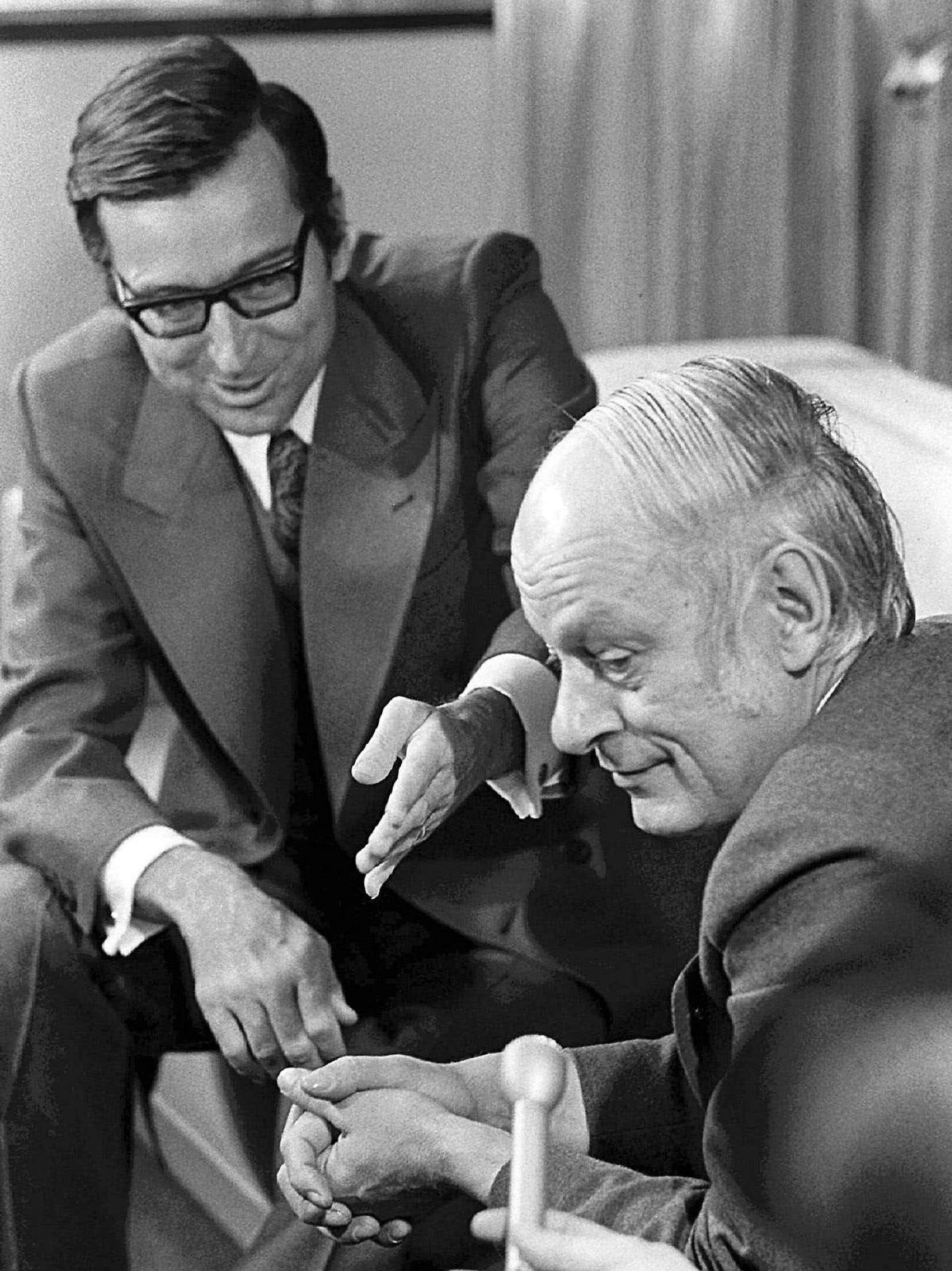 Les deux premiers occupants du bunker, Robert Bourassa et René Lévesque, lors de la passation des pouvoirs en 1976