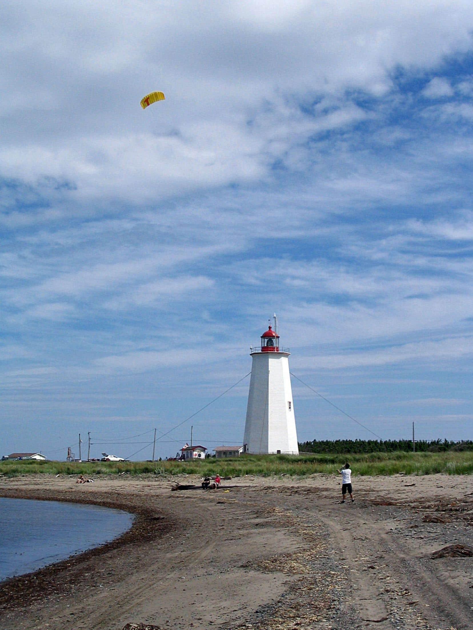 Quand on embrasse le panorama du haut du phare à la pointe de l'île Miscou, l'Acadie et la Gaspésie se marient sous le même brouillard.