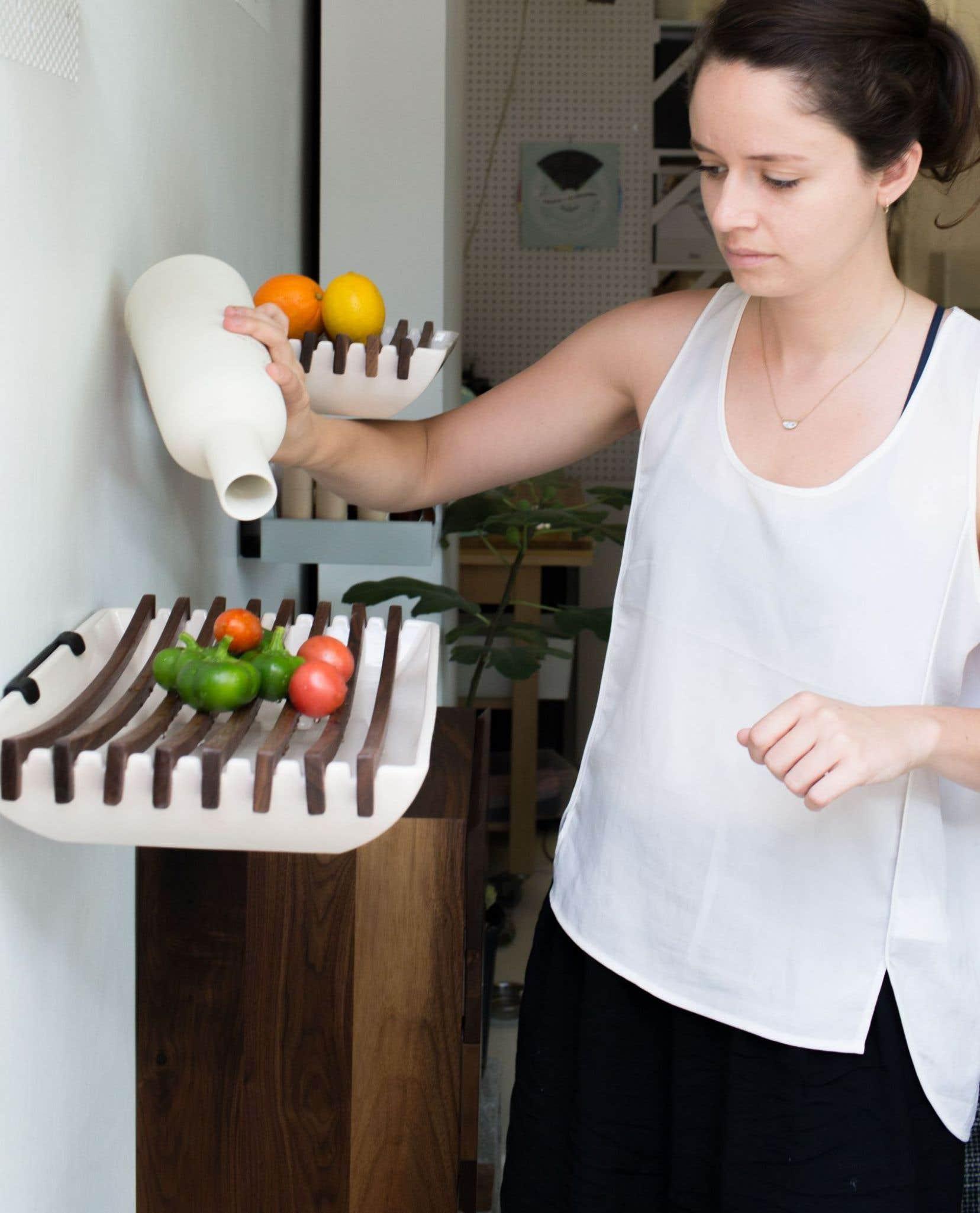 Élyse Leclerc, cofondatrice de l'entreprise Jarre, devant La Denise-eau, un des trois compartiments modulables conçus chacun pour conserver un certain type d'aliments à l'extérieur du réfrigérateur.