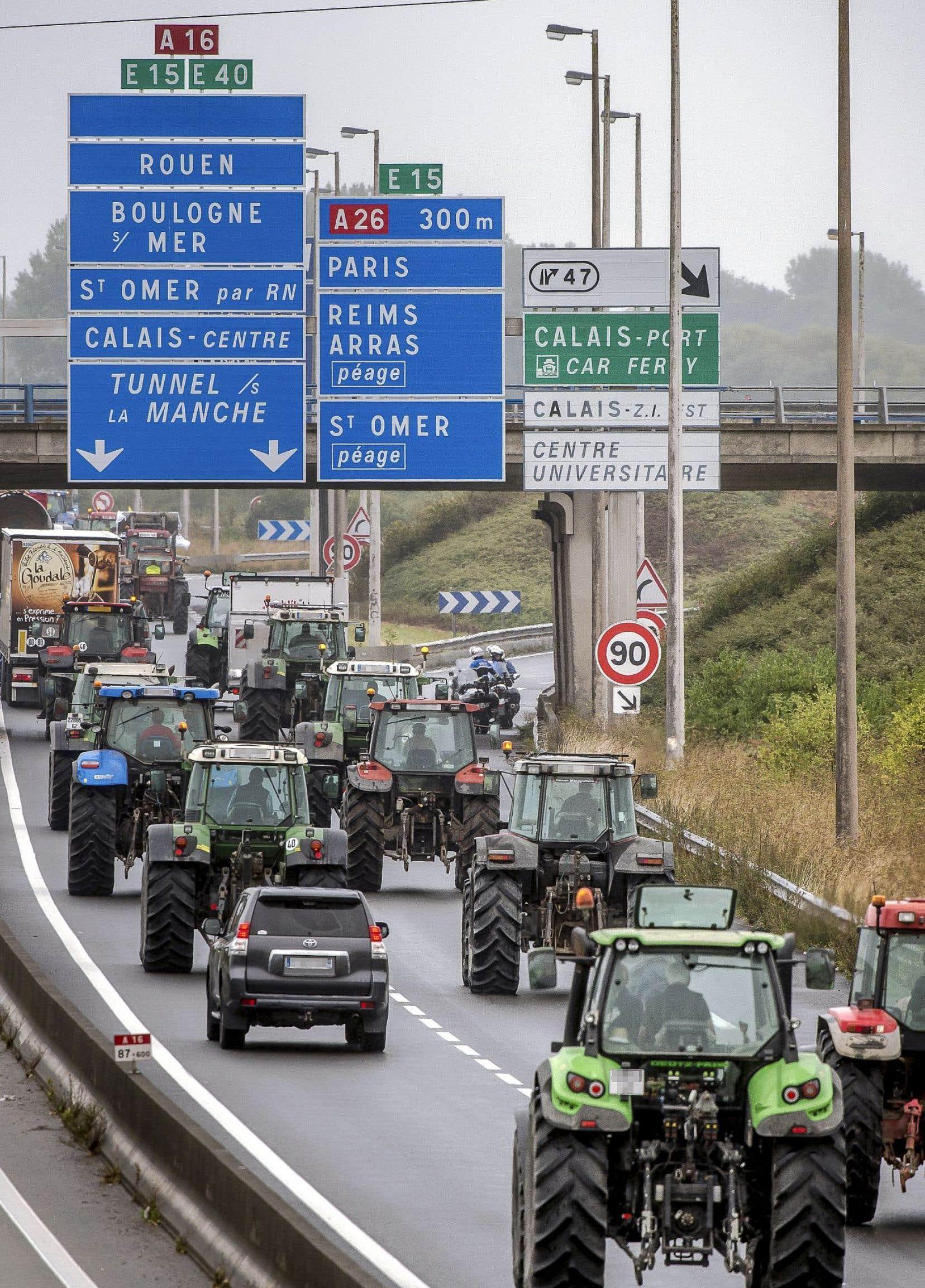Lundi matin, des tracteurs et des véhicules lourds ont afflué sur l'autoroute A16 pour la bloquer.
