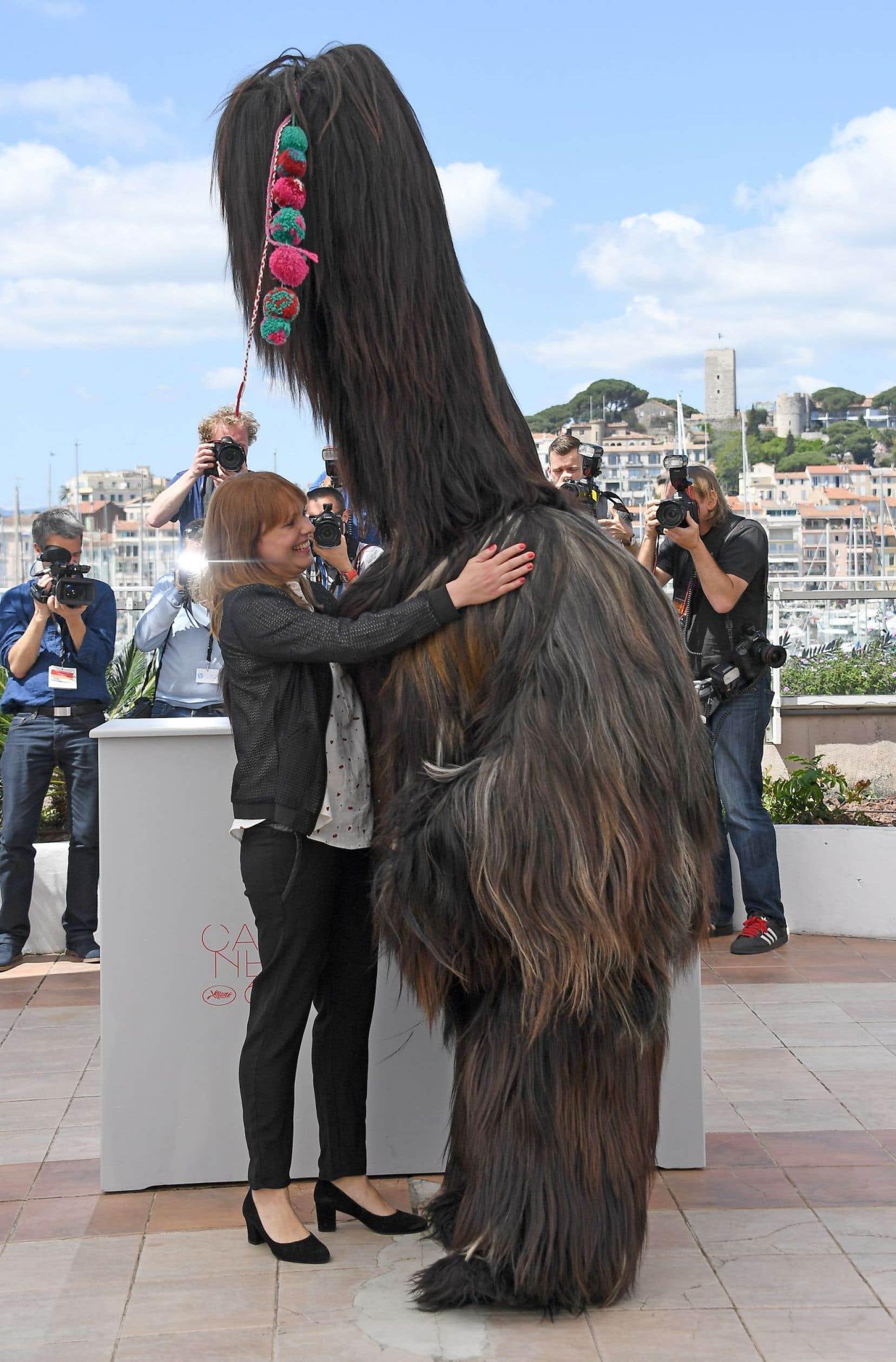 La réalisatrice de «Toni Erdmann», Maren Ade, aux côtés d'un des personnages de son film, lors de son passage à Cannes en mai dernier.