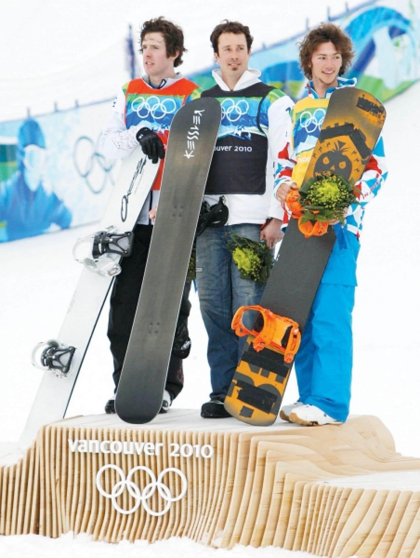 Le podium est composé, à gauche, du Canadien Mike Robertson, médaillé d'argent, au centre, du champion olympique, l'Américain Seth Wescott, et à droite, du Français Tony Ramoin.