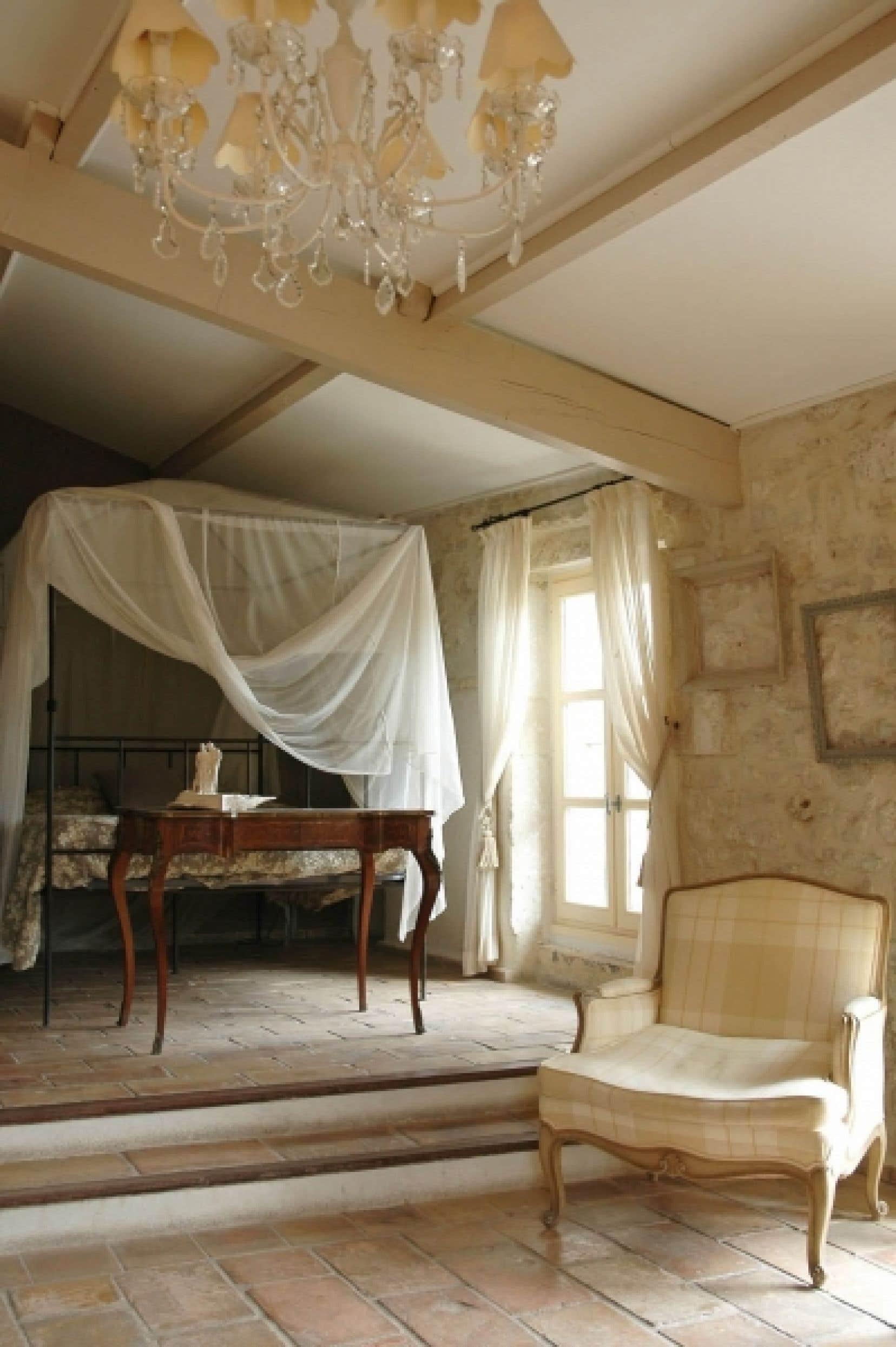 Dans la Maison du Moulin, près de Grignan, en Drôme provençale, les chambres sont douillettes et les salles de séjour invitent à la détente. En haut, à gauche: la porte du Hameau des Coquelicots.
