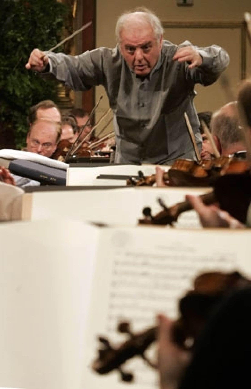 Au cours d'une conférence de presse hier à Vienne, où il dirigera pour la première fois, le 1er janvier, le traditionnel concert du Nouvel An de l'Orchestre philharmonique de Vienne, Daniel Barenboïm a réaffirmé son «engagement total pour la