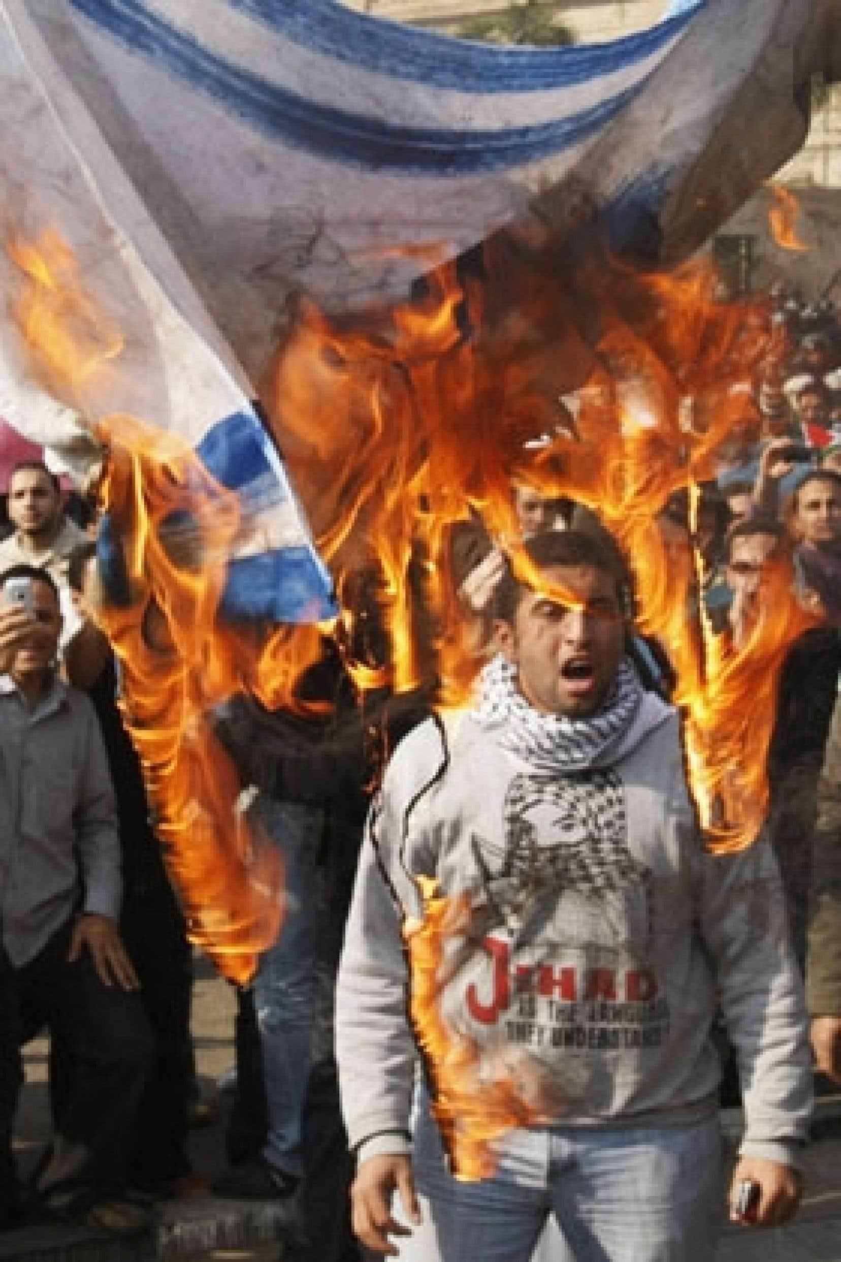 Un manifestant a brûlé le drapeau israélien au Caire.