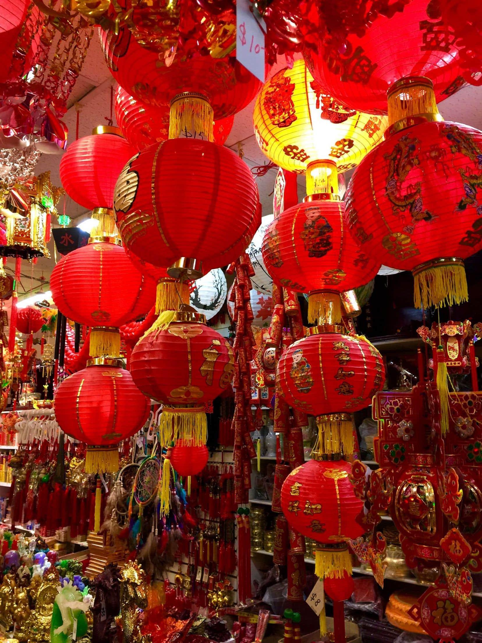 La boutique Shun Fat, cette étonnante cave d'Ali Baba chinoise à Montréal, regorge de décorations pour égayer les maisons pendant la période du Nouvel An.