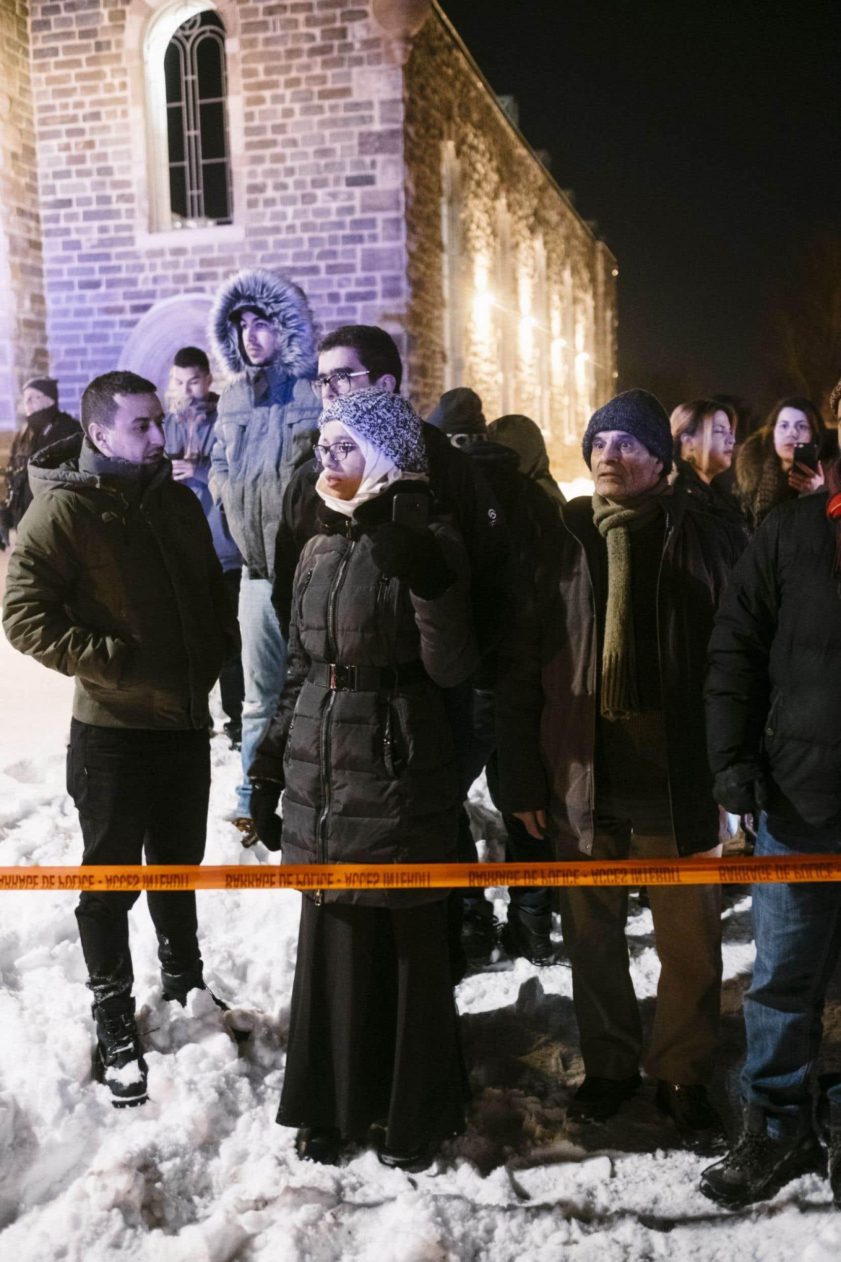 Quelques instants après le drame, des dizaines de personnes se sont rassemblées, sous le choc, à l'extérieur de la mosquée.