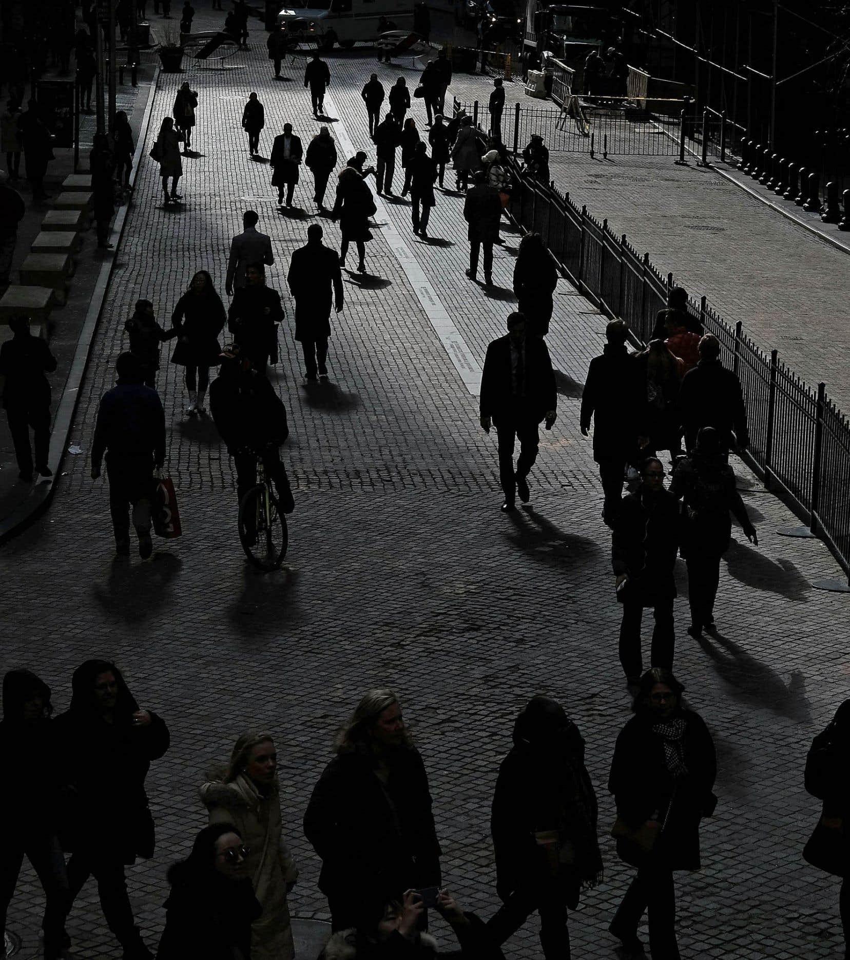 À New York, des gens marchent dans la rue. Une enquête montre comment les Américains définissent leur identité, mais aussi comment le font les Canadiens et les Européens.