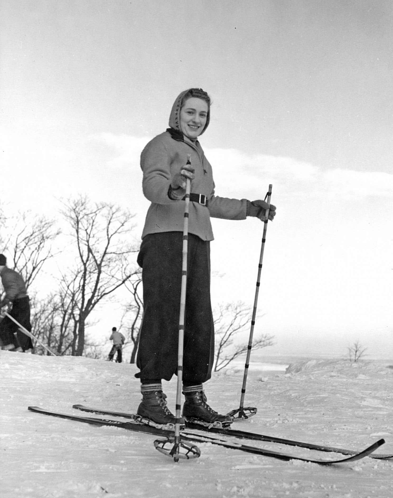 Une jeune femme skie sur le mont Royal dans les années 1950.