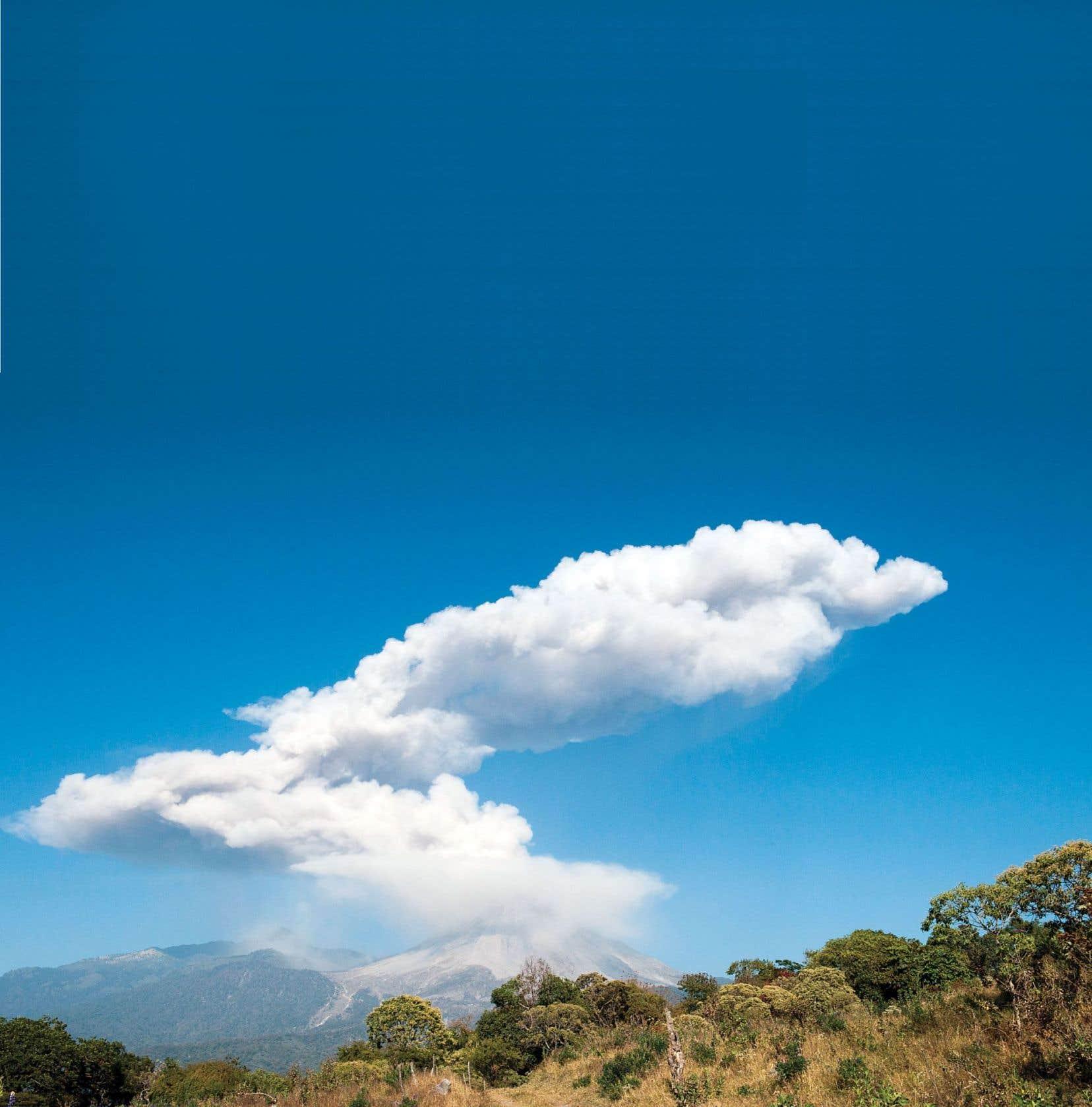 Le volcan Fuego rejetant cendres et fumée le 23 janvier 2017, comme on le voit depuis San Antonio, dans l'État de Colima, au Mexique. C'est l'un des plus actifs du pays.