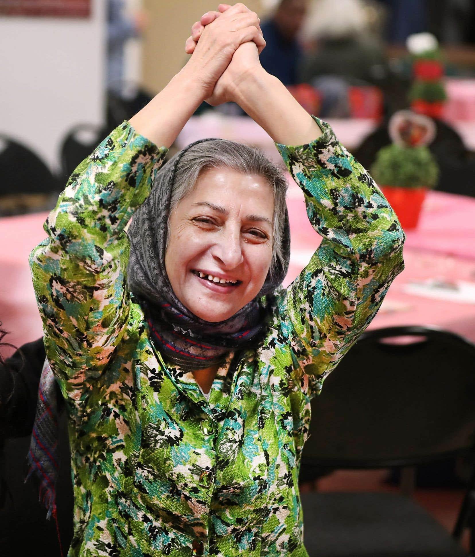 Roghayeh Azizi Mirmahaleh manifeste sa joie après avoir appris qu'elle pourra demeurer au Canada.