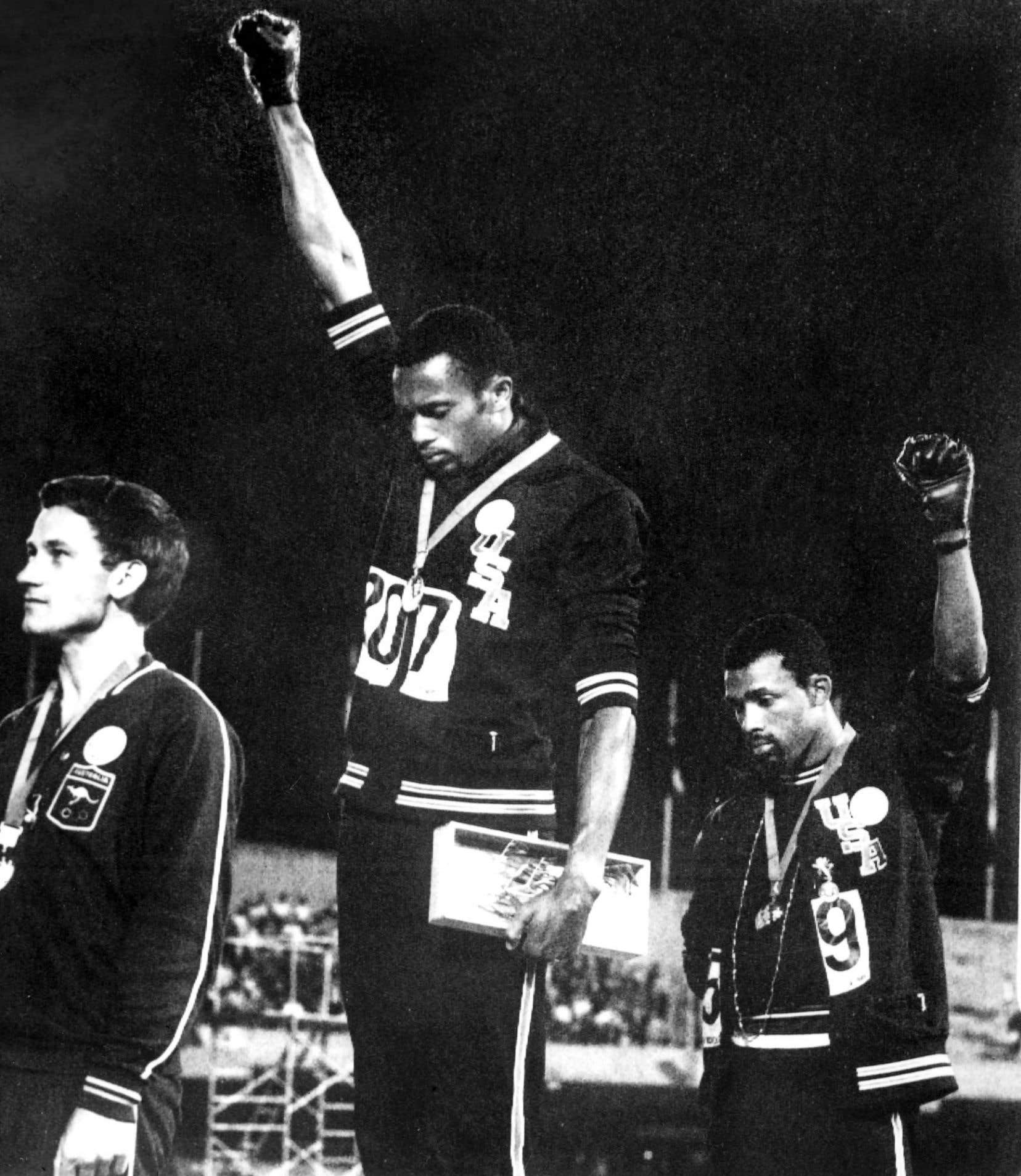 En 1968, aux Jeux olympiques de Mexico, les coureurs américains Tommie Smith et John Carlos lèvent le poing ganté sur le podium, en signe de soutien aux Black Panthers.
