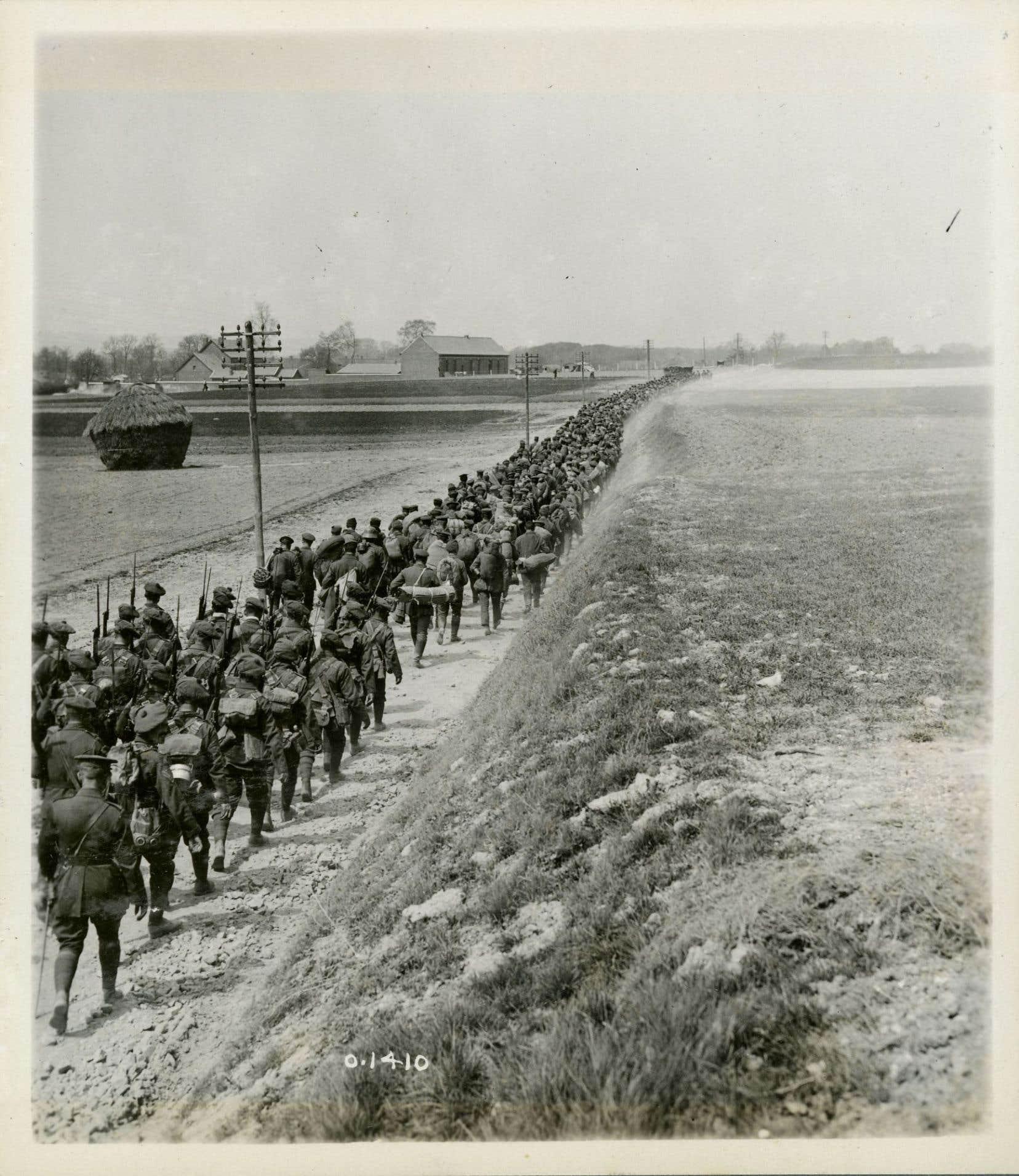 Des soldats canadiens marchant vers Vimy