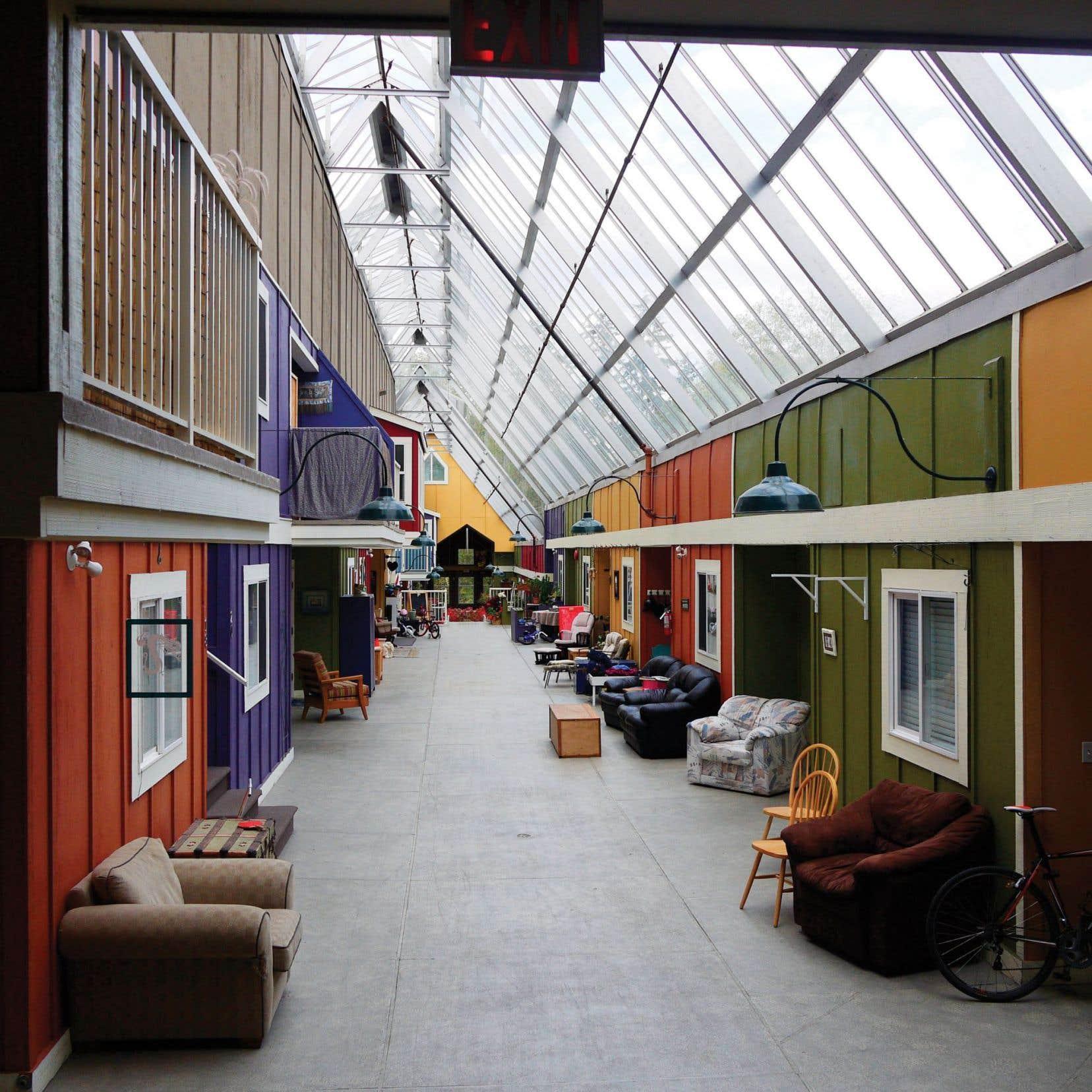 Windsong Cohousing, premier projet de cohabitat au Canada, a été réalisé en 1996 sur un terrain de 6 acres à Langley, en banlieue est de Vancouver. Le projet de 34 unités compte beaucoup d'espaces communs (salle de jeu, salle d'arts, salle à manger, cuisine, jardin de 4 acres, rue intérieure couverte et vitrée, etc.).