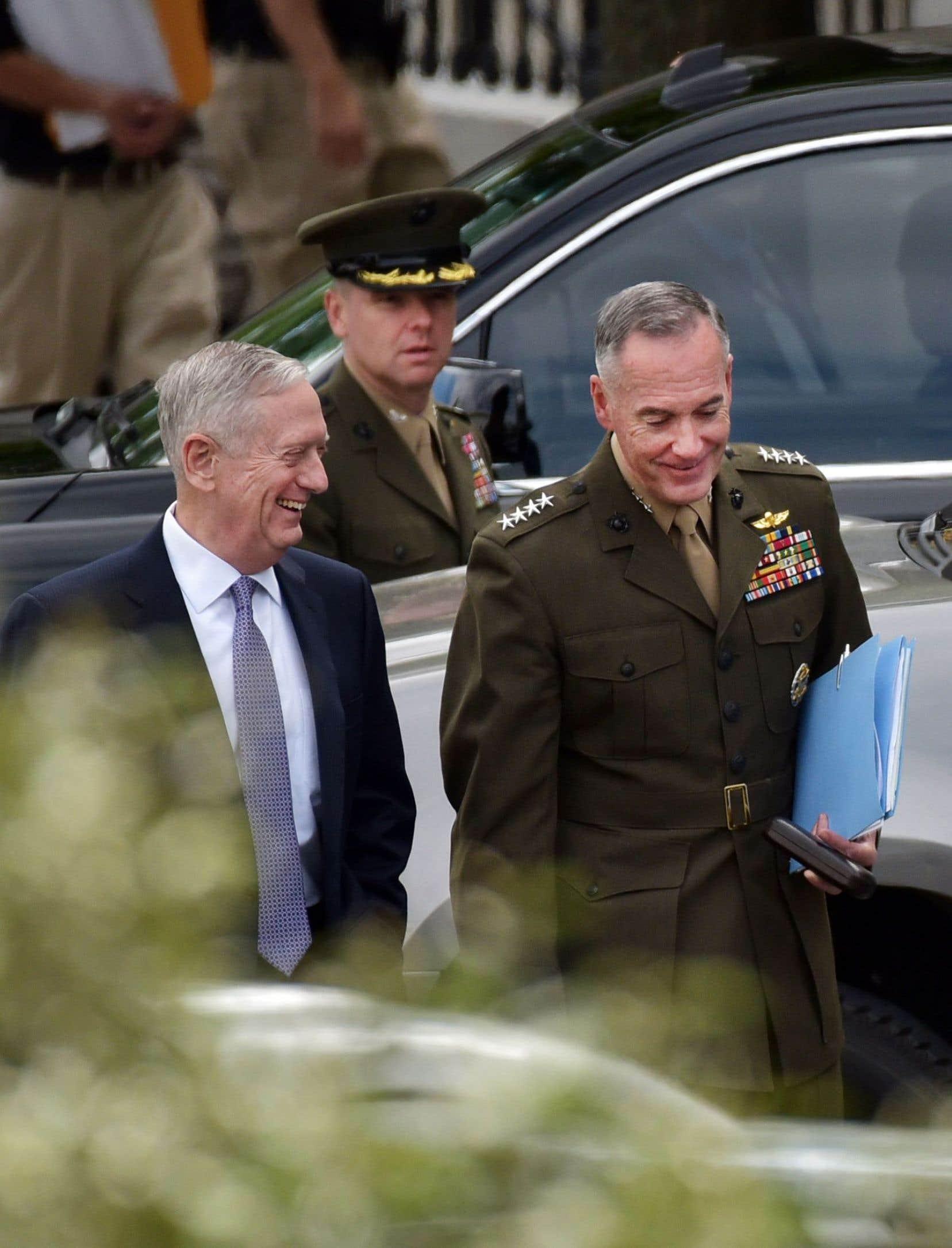 Le chef du Pentagone, James Mattis, et le général Joseph Dunford, le plus haut gradé du pays, à l'issue d'une réunion exceptionnelle à la Maison-Blanche mercredi avec les 100 sénateurs américains