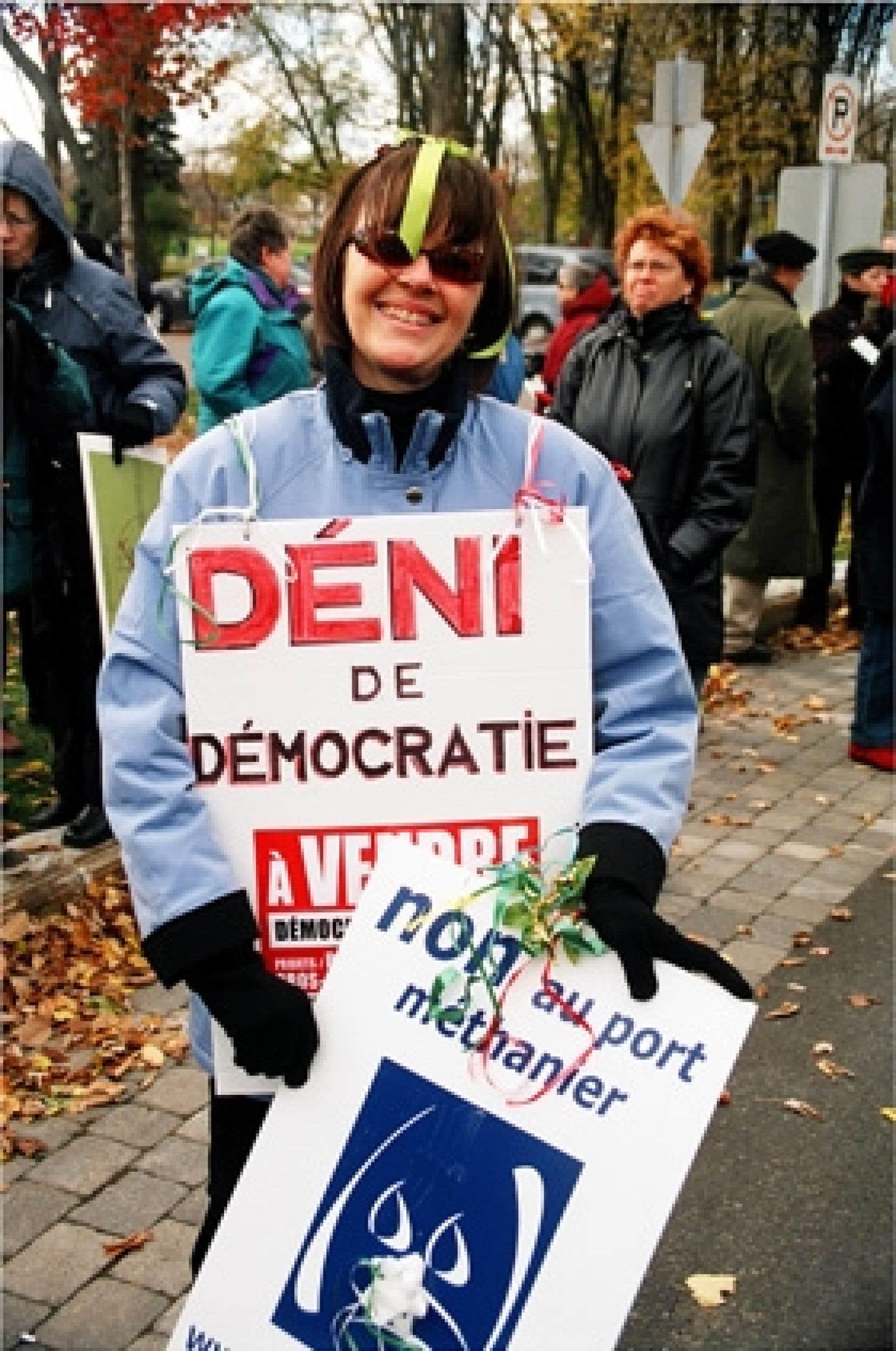 Une manifestante contre le projet de Rabaska
