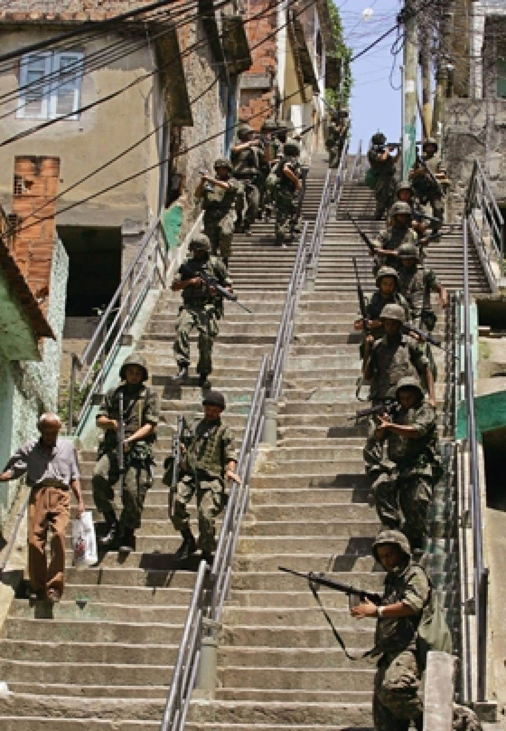 Les forces de sécurité brésiliennes doivent régulièrement se rendre dans les favelas de Rio de Janeiro pour y rétablir l'ordre.