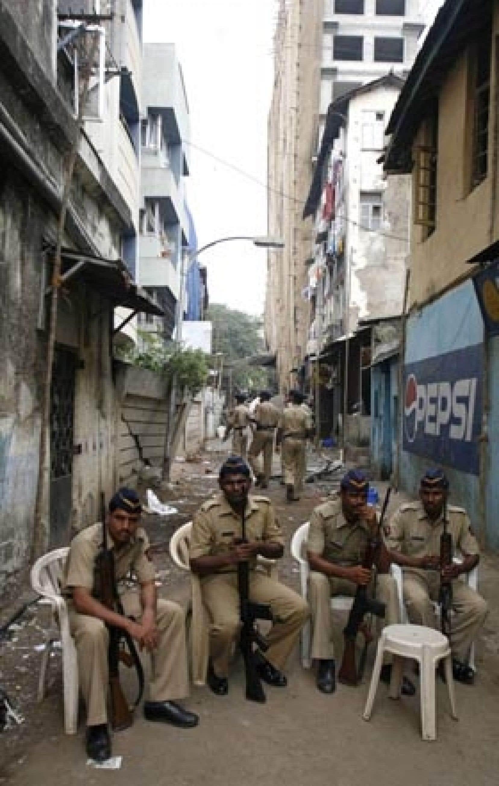 Des policiers indiens montaient la garde hier devant la maison Nariman à Mumbai.
