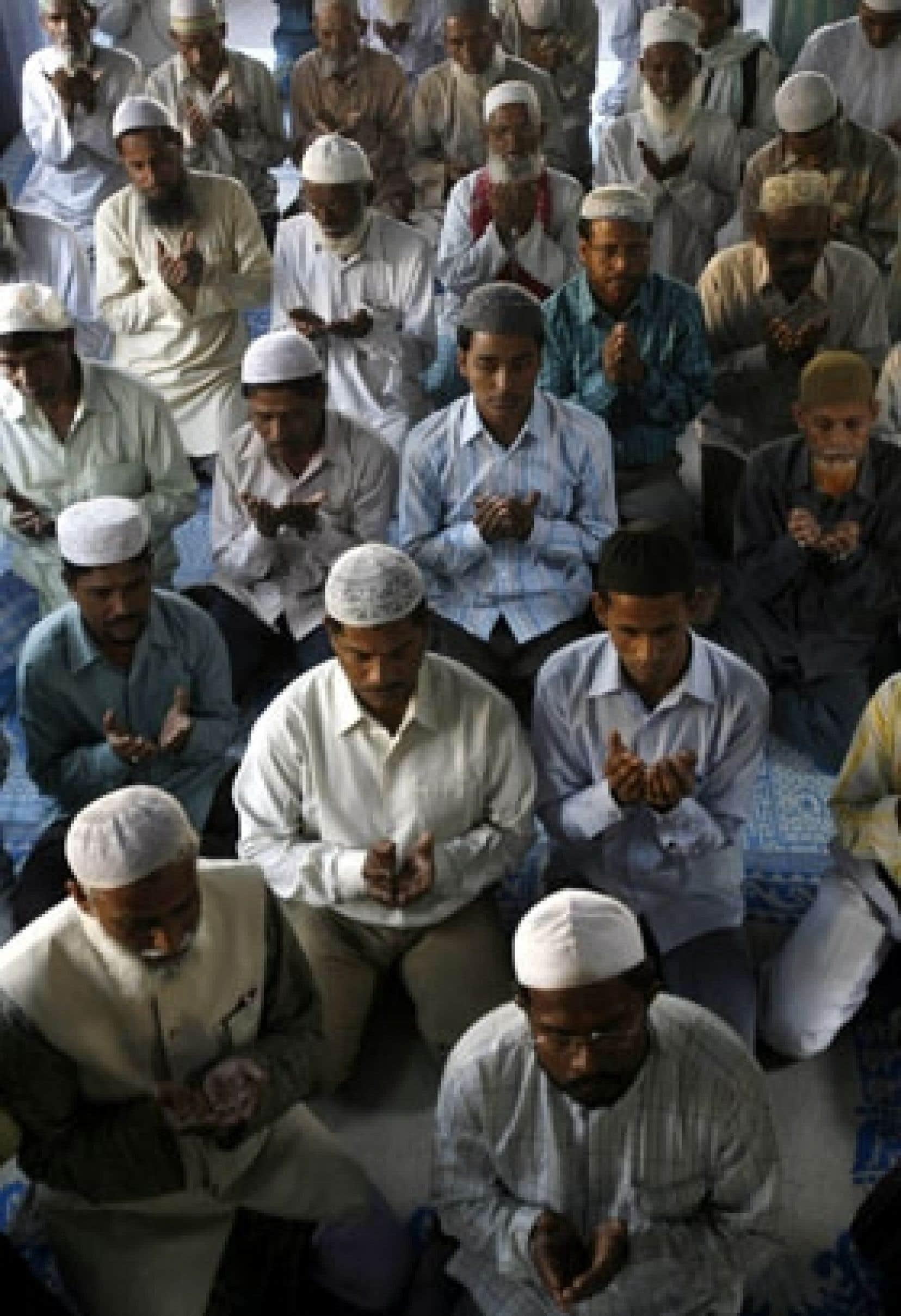 Des musulmans rassemblés dans une mosquée de Siliguri, dans le nord-est de l'Inde, prient pour les victimes des attentats de Mumbai, samedi, qui ont fait près de 200 morts.
