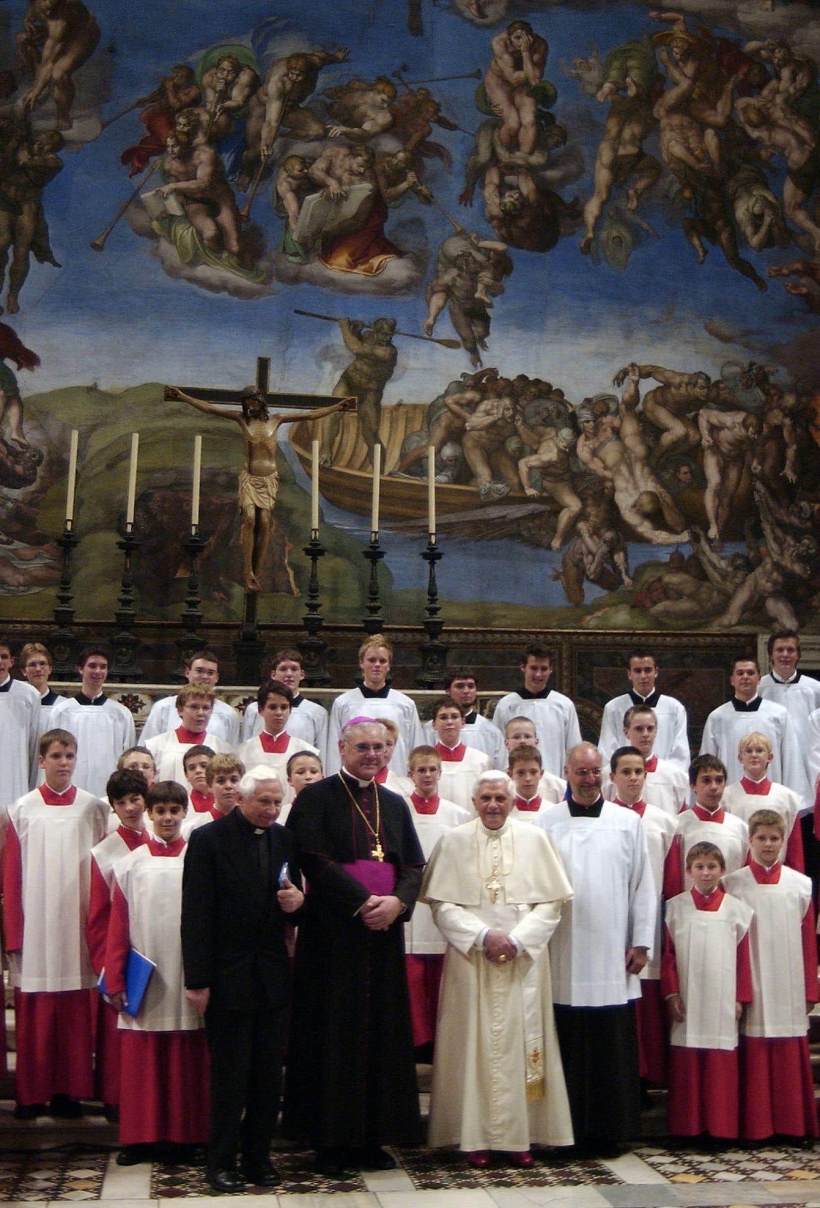 L'affaire porte notamment sur des maltraitances qui se seraient produites alors que le frère de l'ancien pape Benoît XVI, Georg Ratzinger (à gauche au premier plan), ainsi que le cardinal Gerhard Ludwig Müller (au centre) dirigeaient ce chœur de petits chanteurs, entre 1964 et 1994.