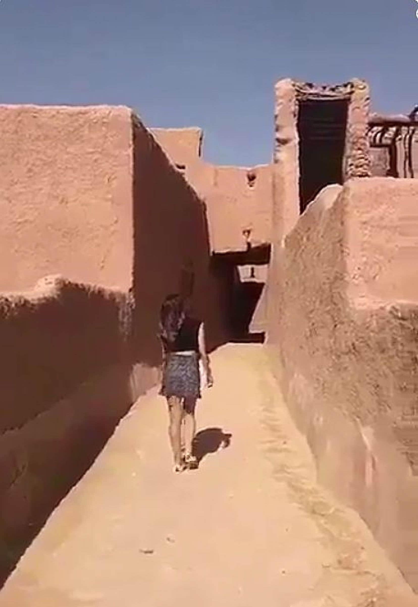 Dans la vidéo devenue virale depuis son apparition sur Snapchat au cours du week-end, on peut voir la femme qui marche dans un fort historique alors qu'il n'y a personne autour d'elle.