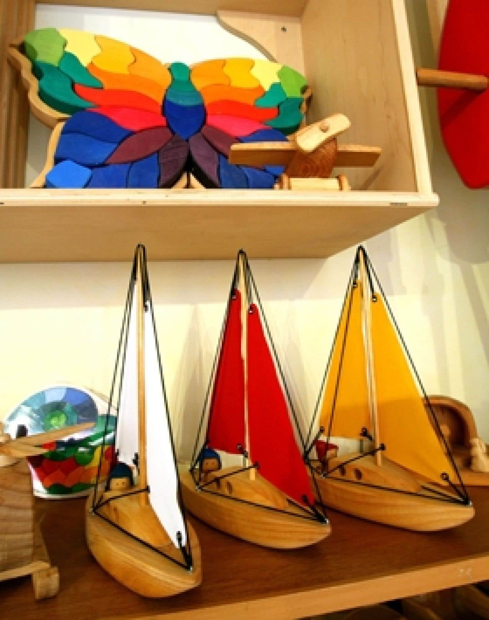 Dans la boutique, la confection artisanale prédomine, principalement celle façonnée par les doigts habiles de nos artisans locaux.
