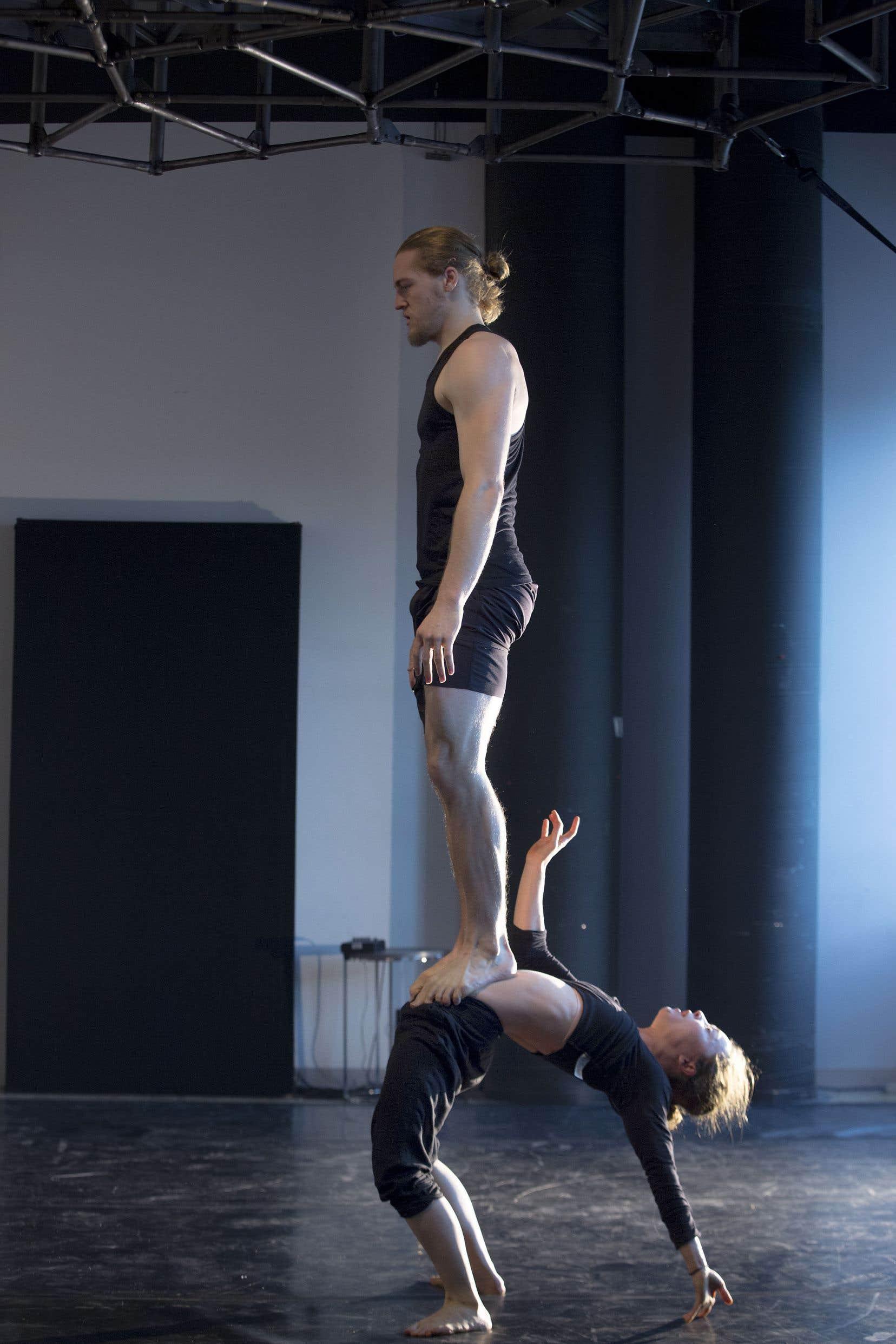 Dans le spectacle «Une chambre de verre», Valérie Doucet porte sur son ventre Julius Bitterling, qui doit faire deux fois son poids.