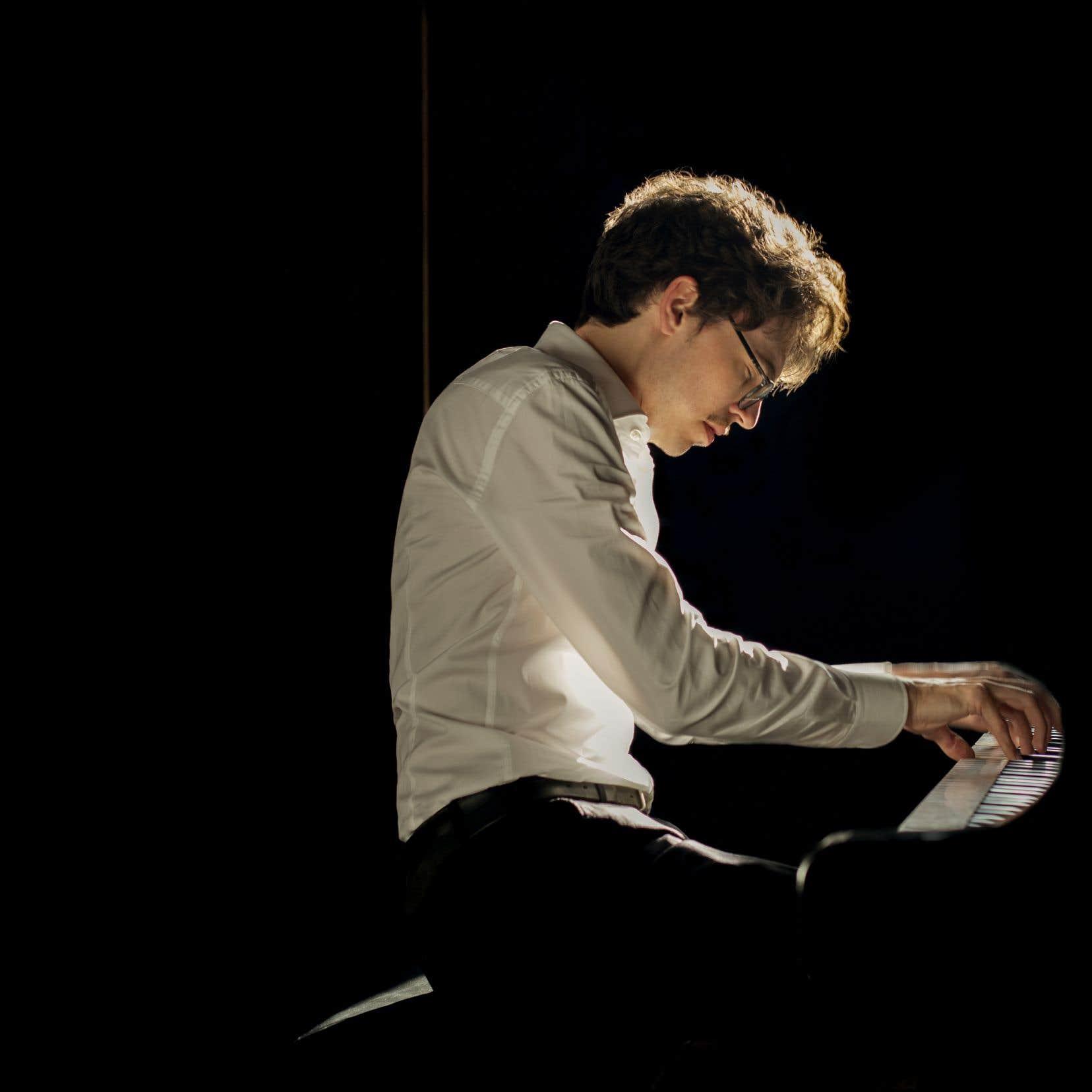 Pianiste de formation atypique, qui avait arrêté le piano entre 16 et 19ans, Lucas Debargue est avant tout un interprète et un penseur de la musique.